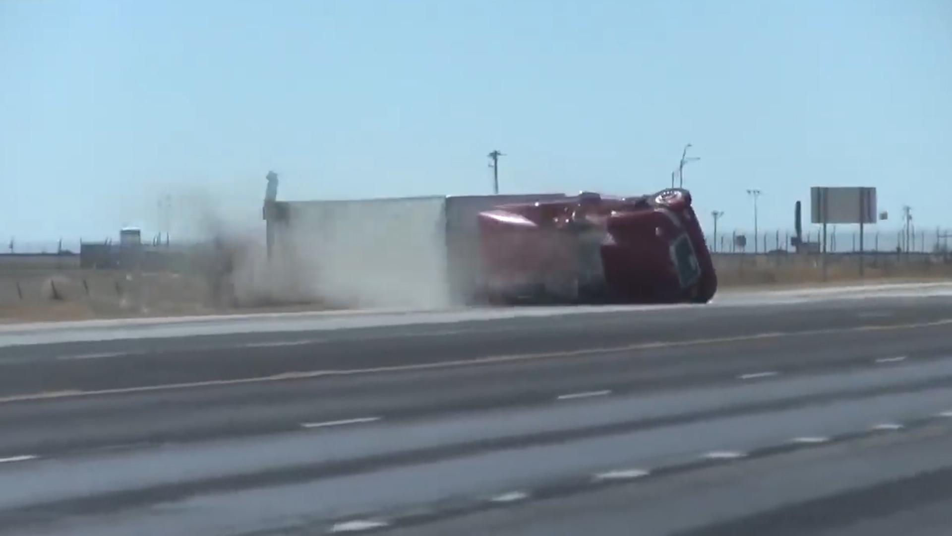El tráiler fue arrastrado varios metros por la autopista 287 a unas 10 millas al norte de Amarillo (Foto: captura de pantalla)