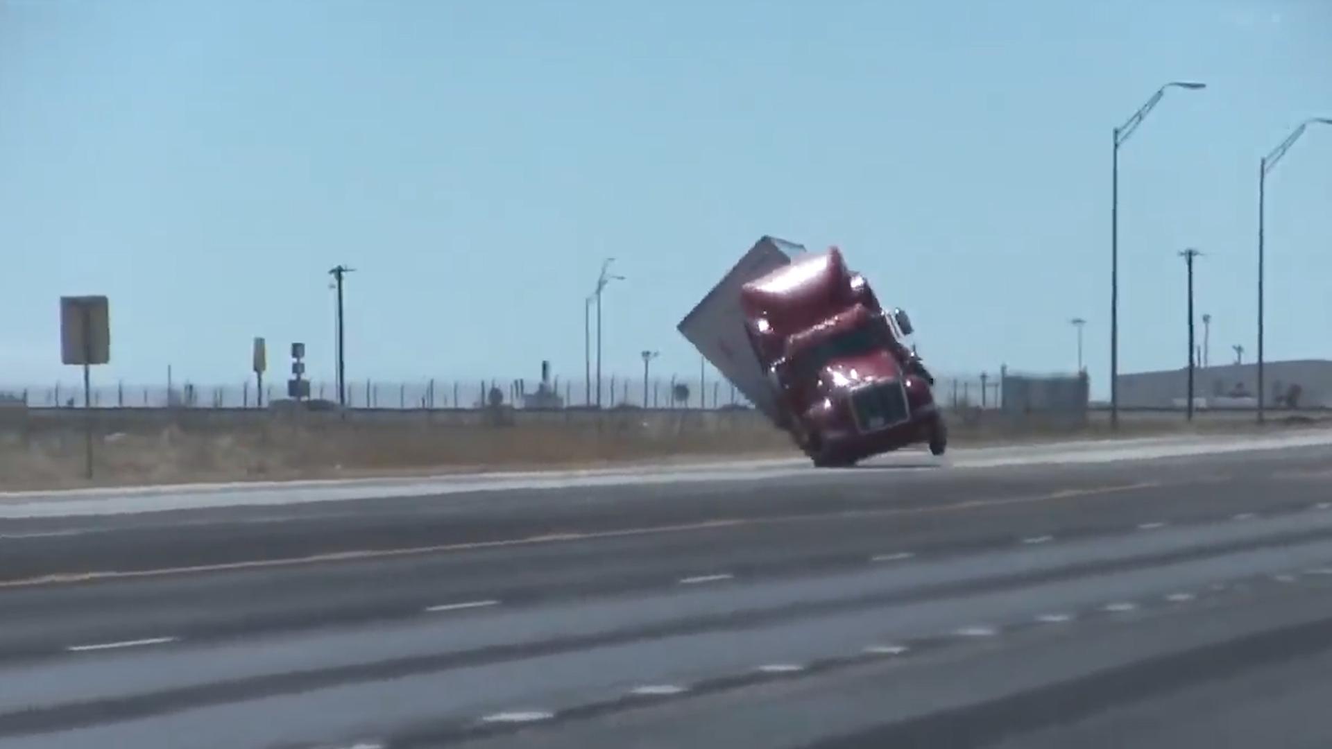 En un video puede verse el momento exacto en que la caja trasera de la unidad se levantó cuando recibió la ráfaga de viento (Foto: captura de pantalla)