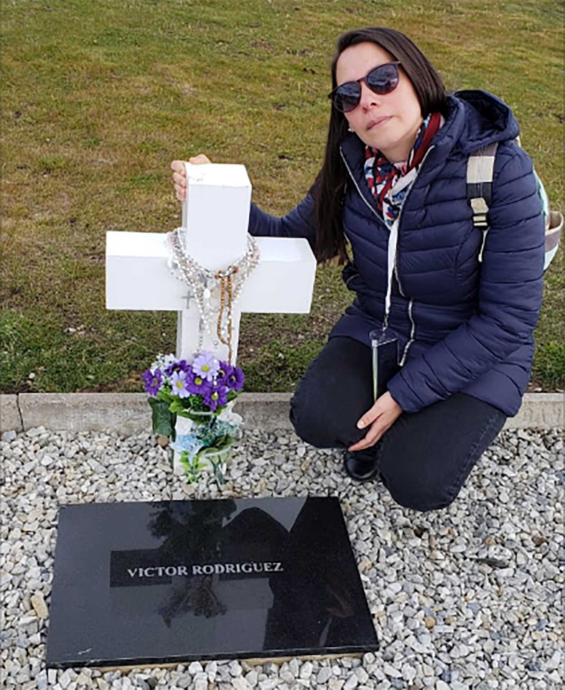 Nora Rodríguez, en la tumba de su hermano, en el cementerio de Darwin. Foto: Gentileza Mabel Godoy.
