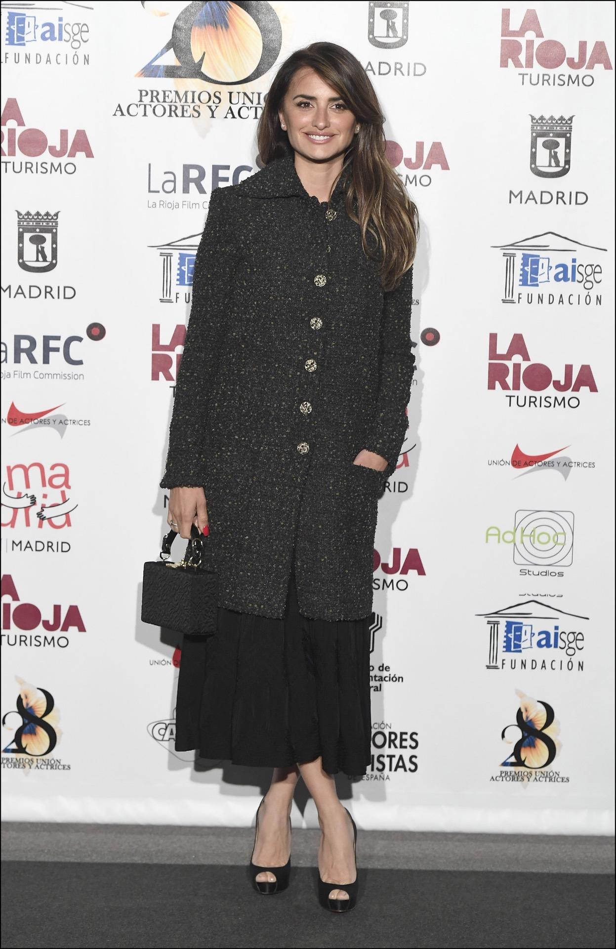 Penelope Cruz fue a recibir un premio a la Unión de Actores y Actrices con otro mix de Chanel: vestido más abrigo.