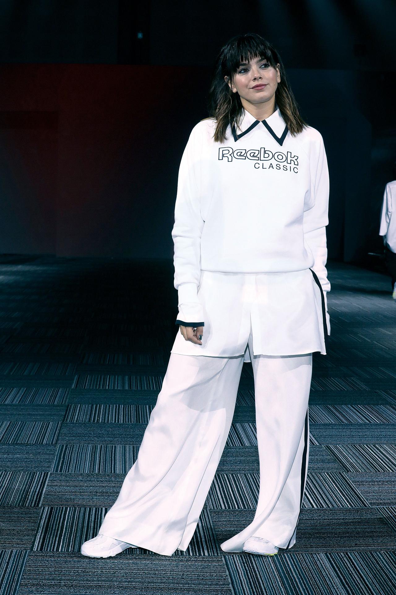 Natalie Pérez desfiló para Reebok: sporty chic y en blanco y negro.