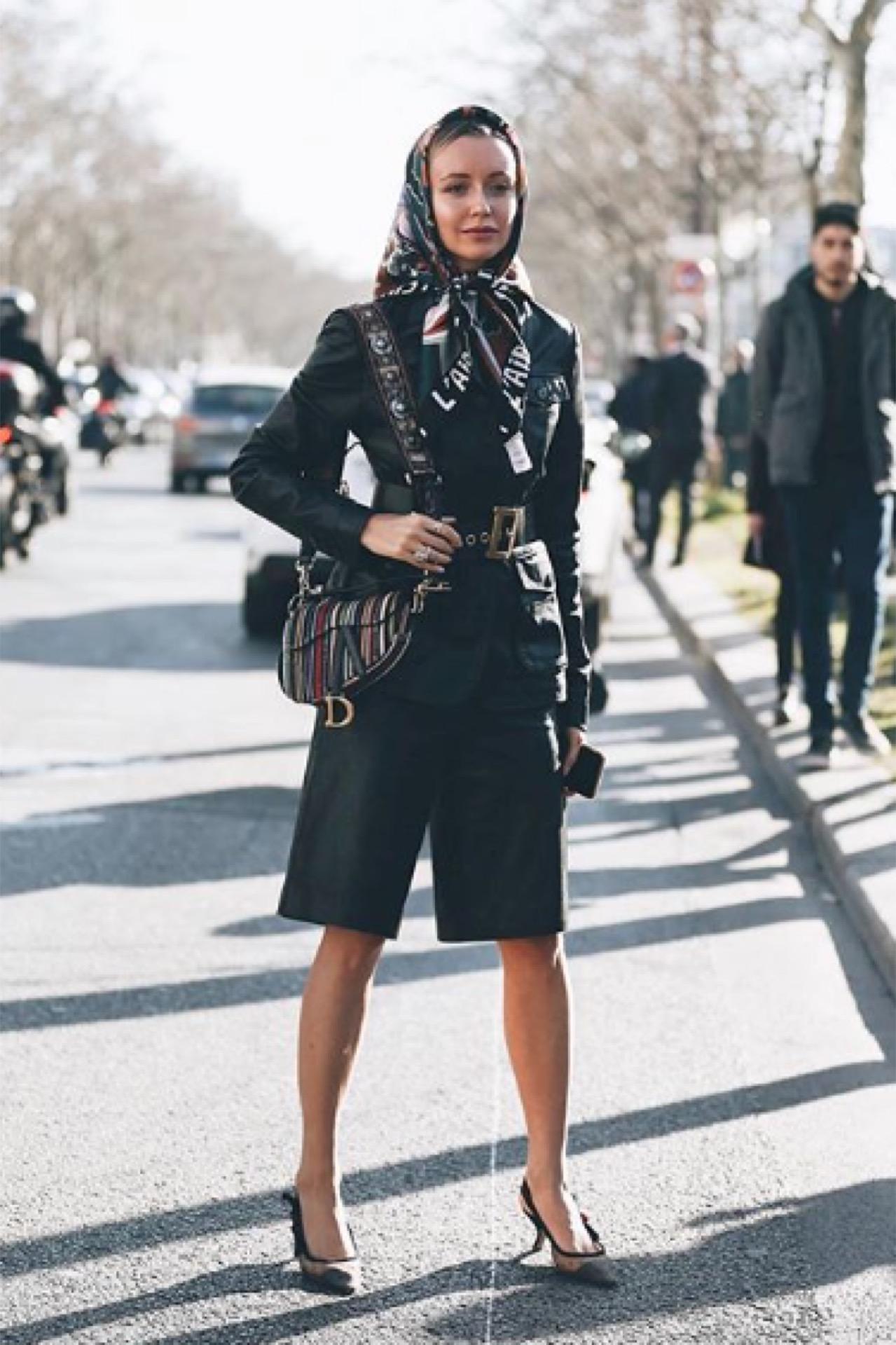 Cinturón ancho de cuero en este look de chaqueta y bermuda estilo militar.