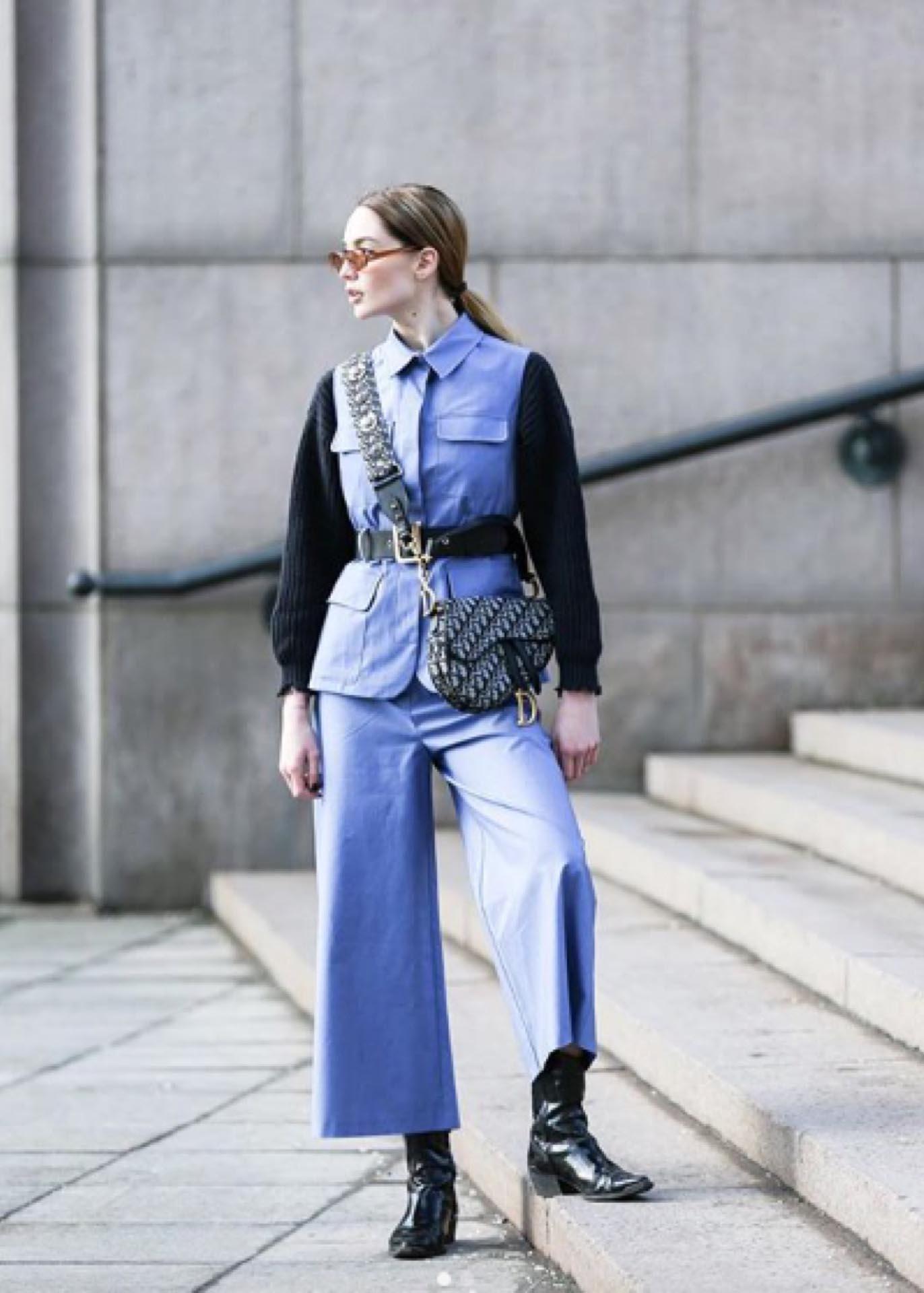 Otro estilo de chaqueta con cinturón ancho.