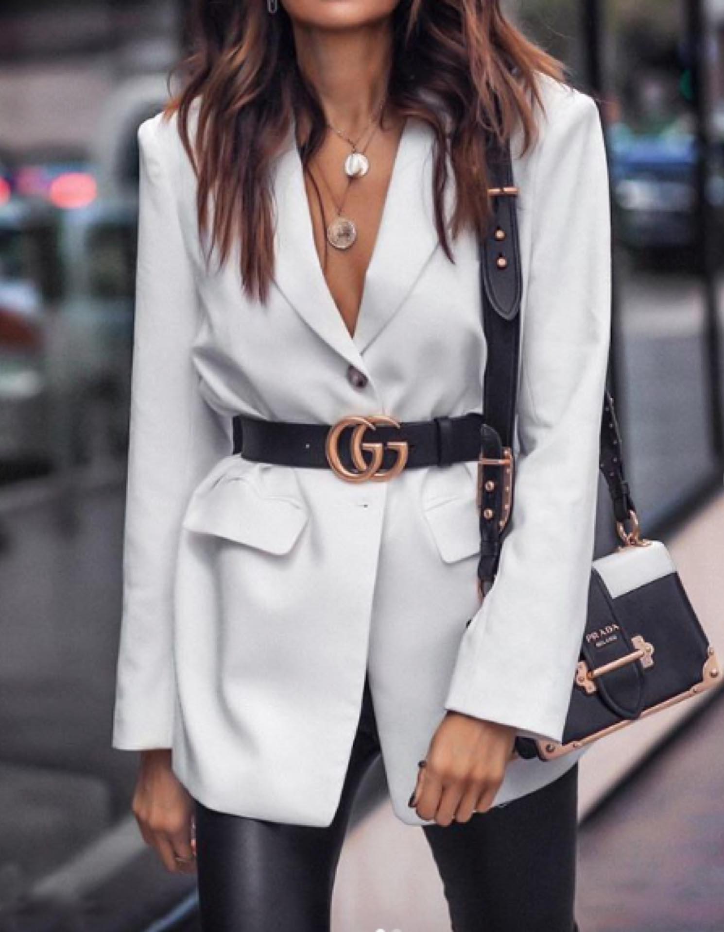 Una opción es llevar el cinturón arriba del blazer.