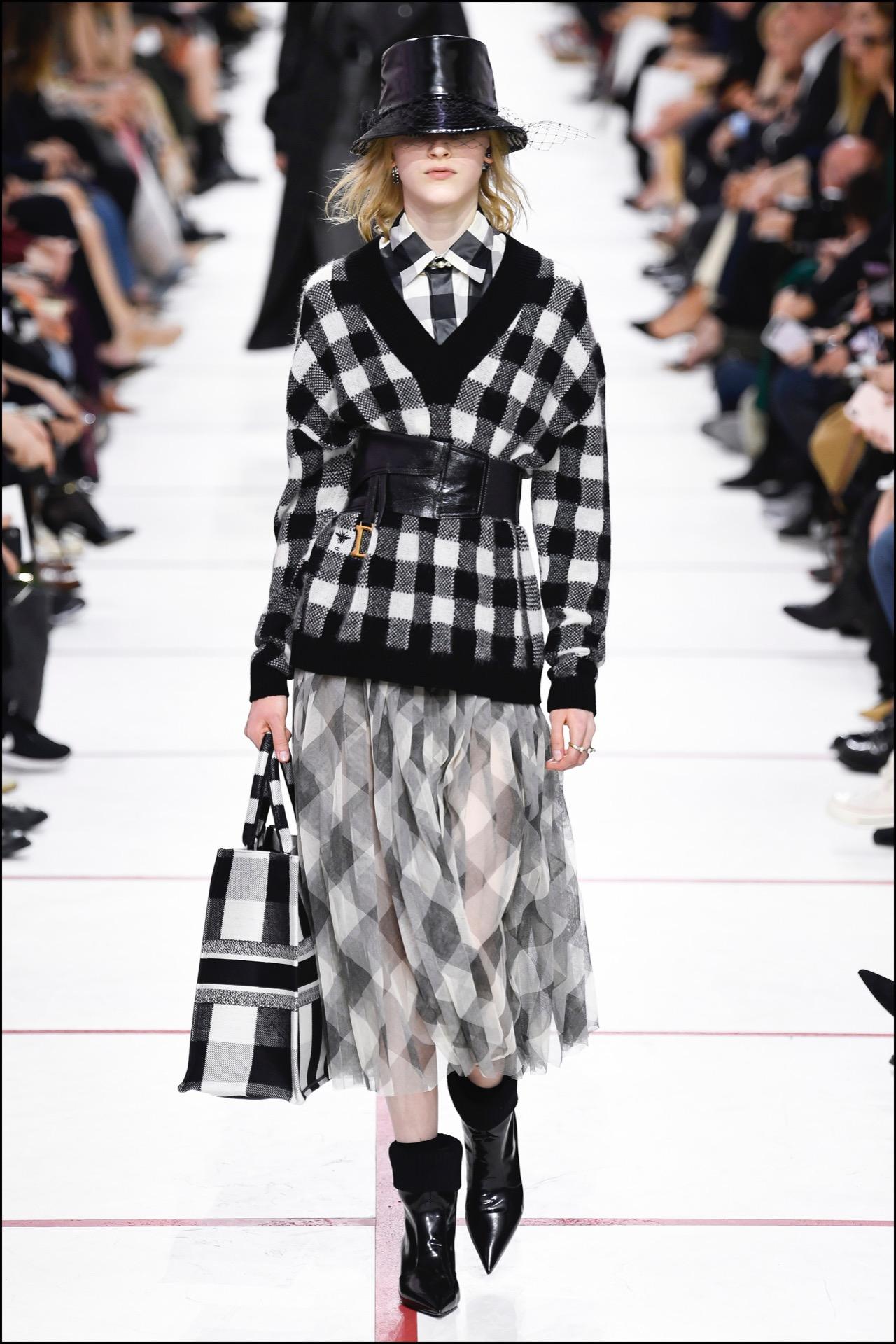 Una de las propuestas en el desfile de Christian Dioren Paris Fashion Week.