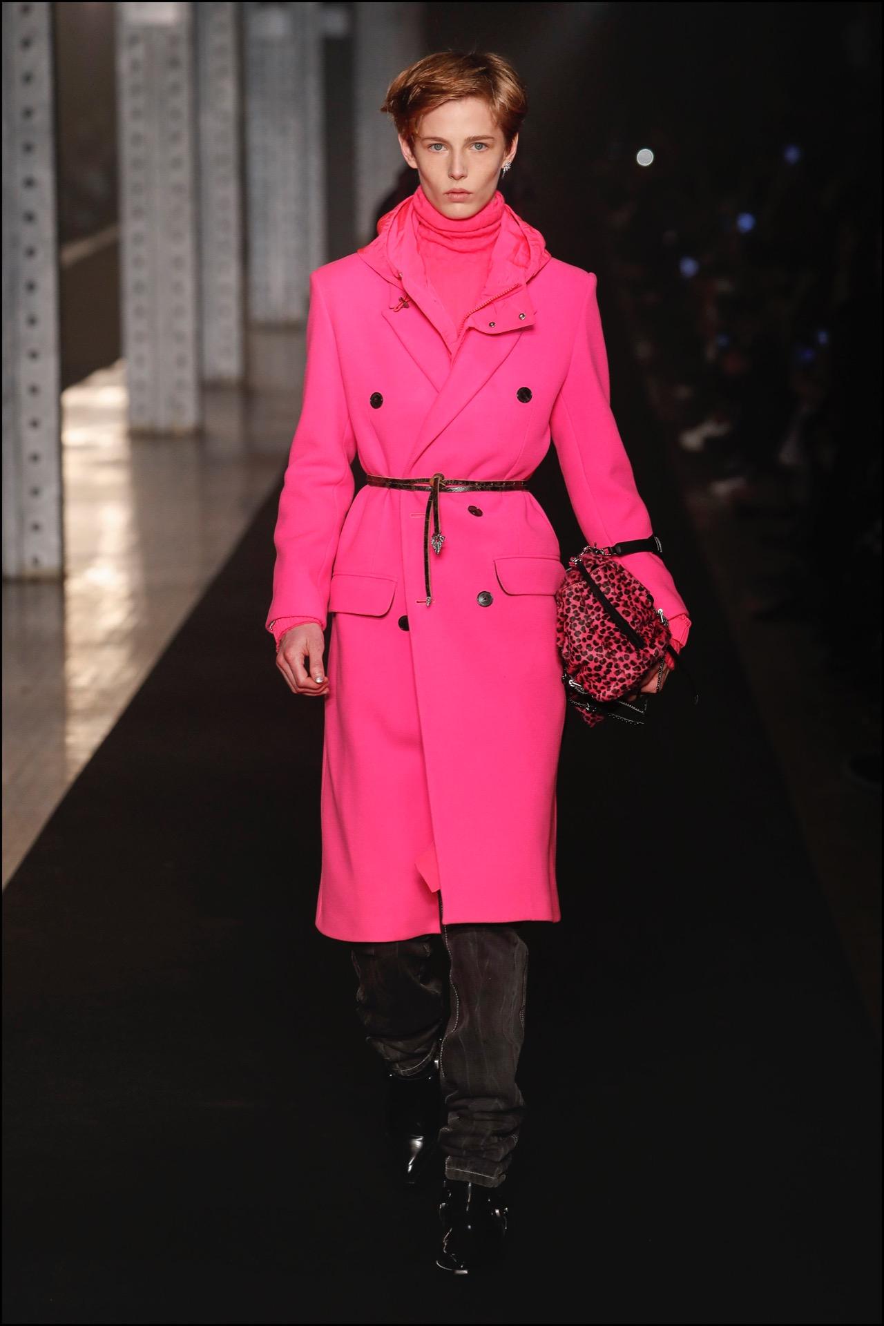 En el desfile deZadig & VoltaireenNew York Fashion Week, se desfiló este outfit con cinturón finito.