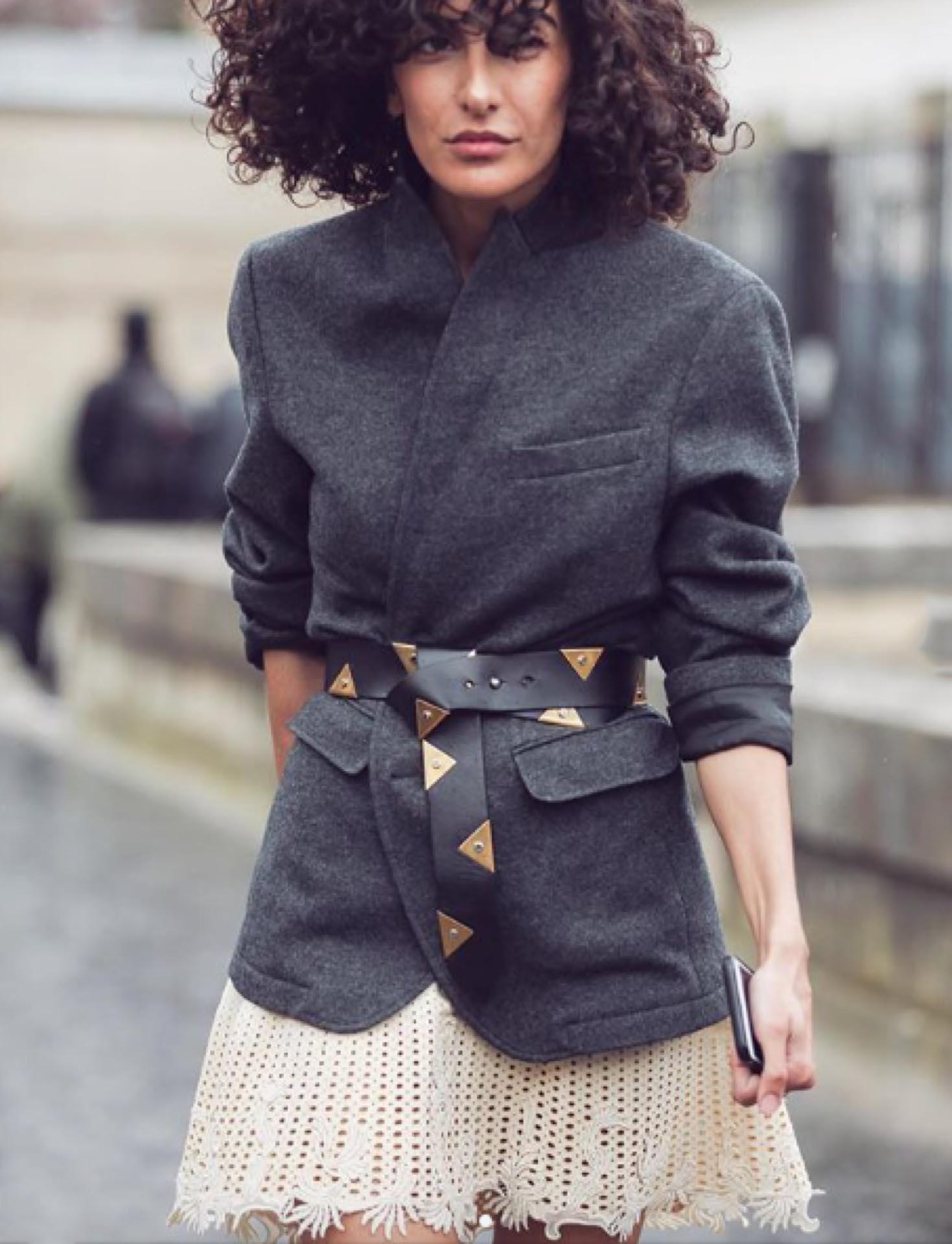 Una manera canchera de llevar el blazer de corte masculino. El cinturón es el detalle trendy de este look.