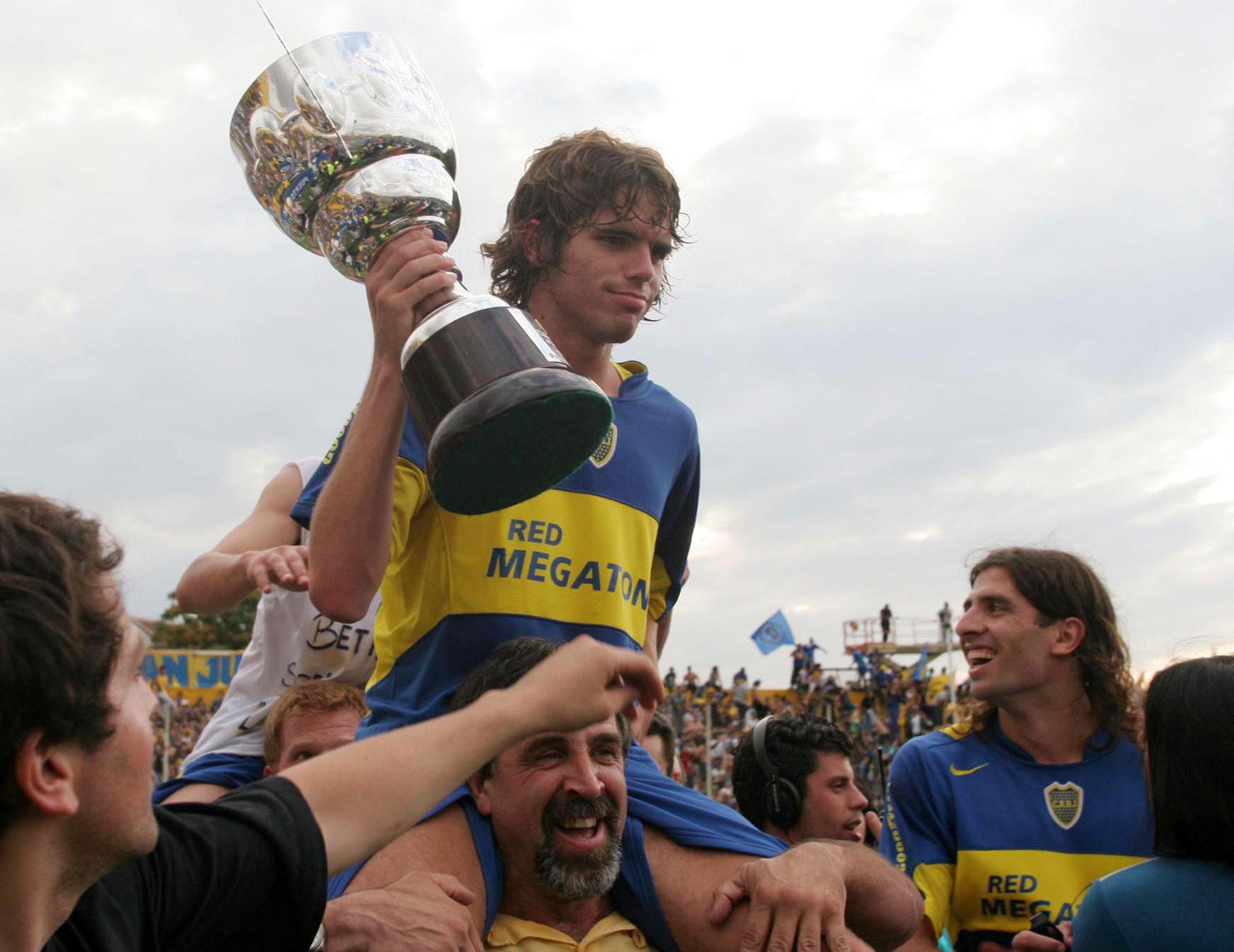 Apertura 2005: un joven Gago levanta la copa en cancha de Olimpo de Bahía Blanca (Foto Baires)