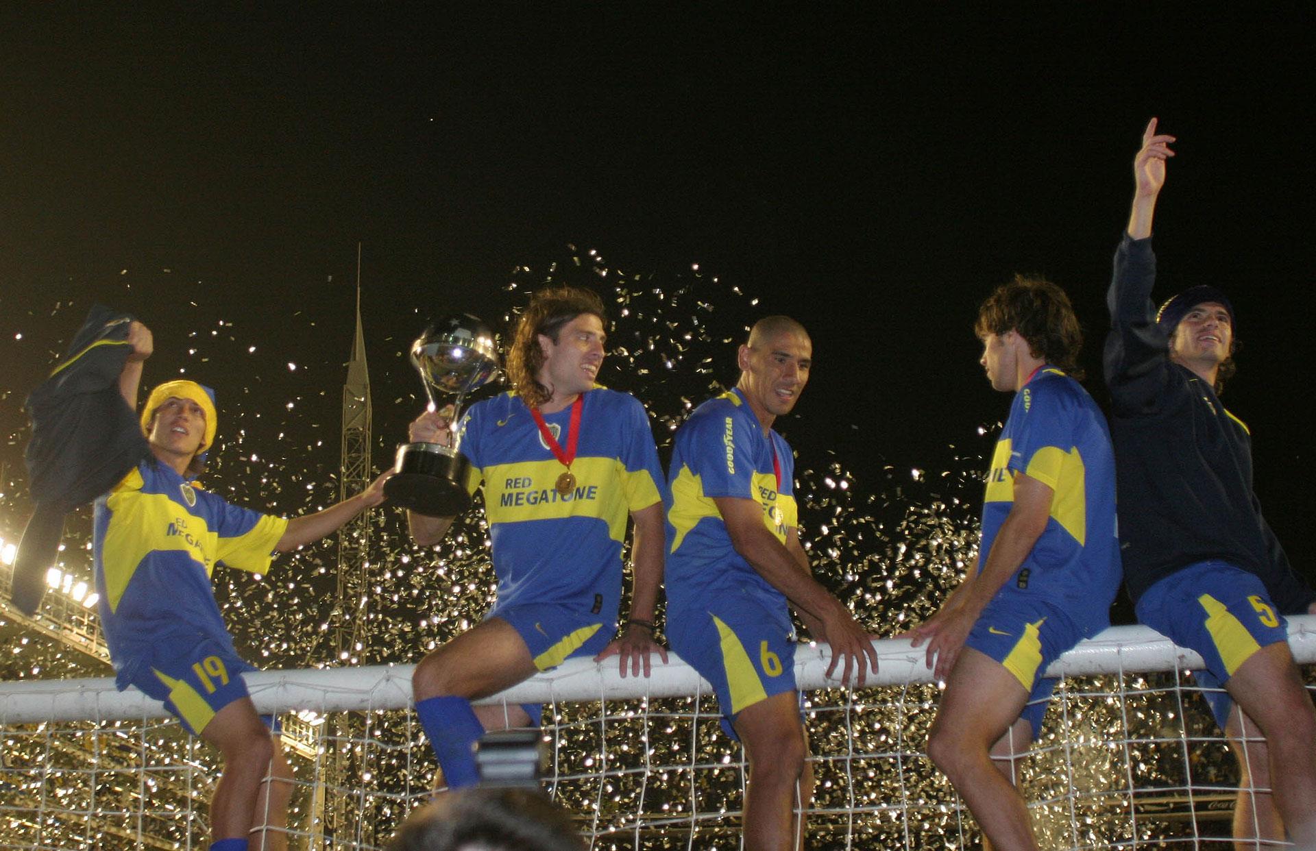 """Copa Sudamericana 2005: otro título internacional para equipo de Basile celebrado por Neri Cardozo, Daniel Bilos, """"Cata"""" Díaz y Federico Insúa junto a Gago (Foto Baires)"""