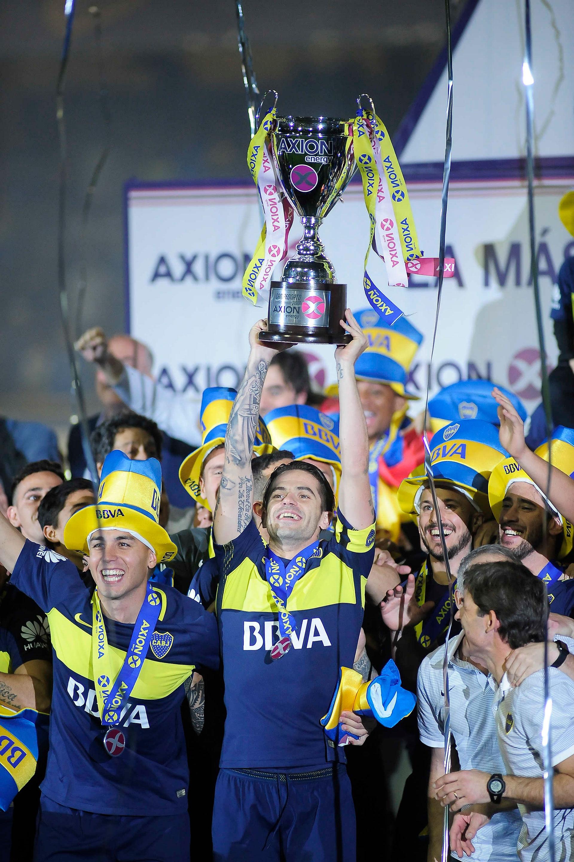 Campeonato 2016/2017: Gago, capitán del equipo conducido por Guillermo Barros Schelotto, levanta el trofeo junto a Tobio, Benedetto y Pablo Pérez (Foto Baires)