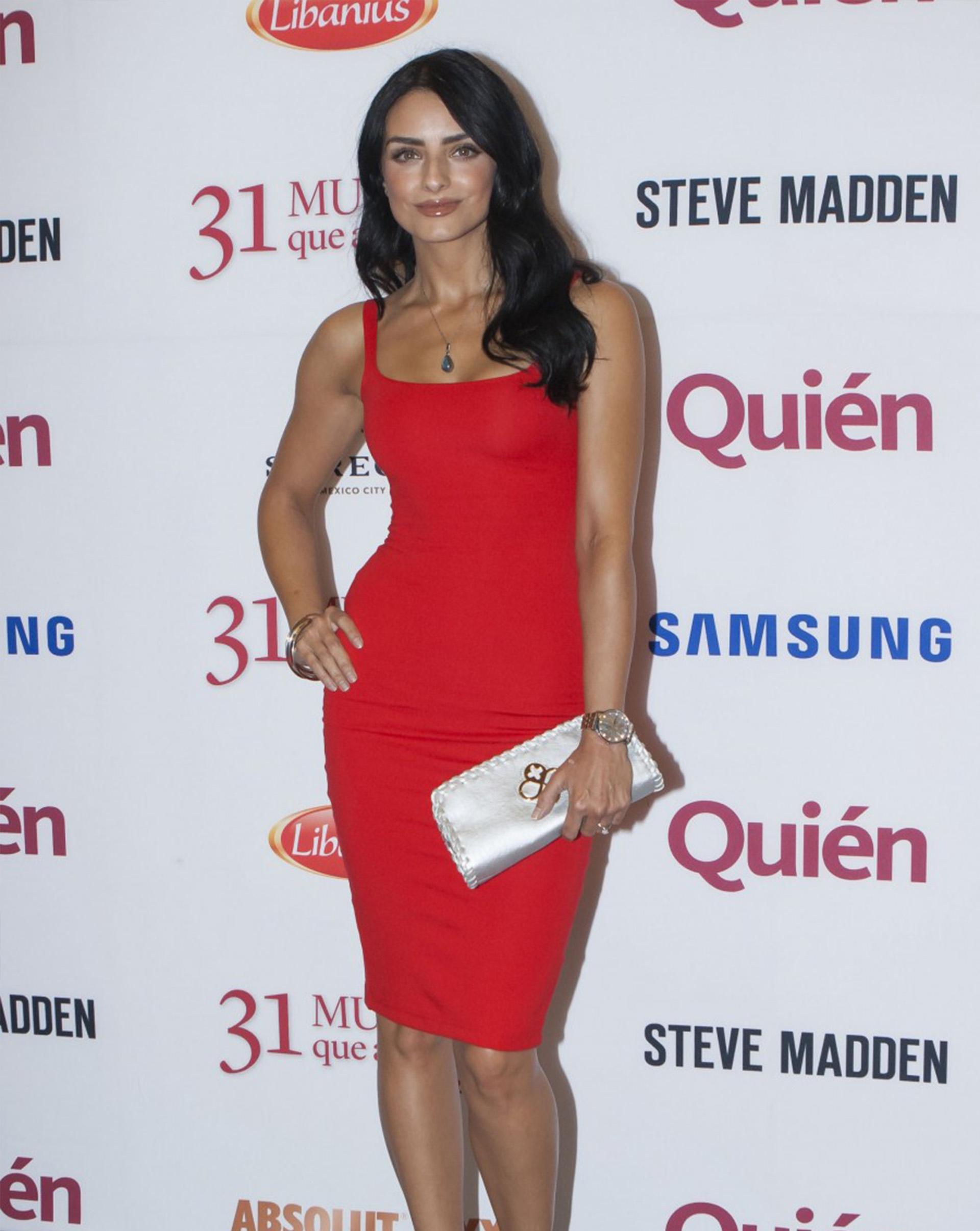 Aislinn Derbez, actriz de La casa de las flores en su paso por la alfombra roja.