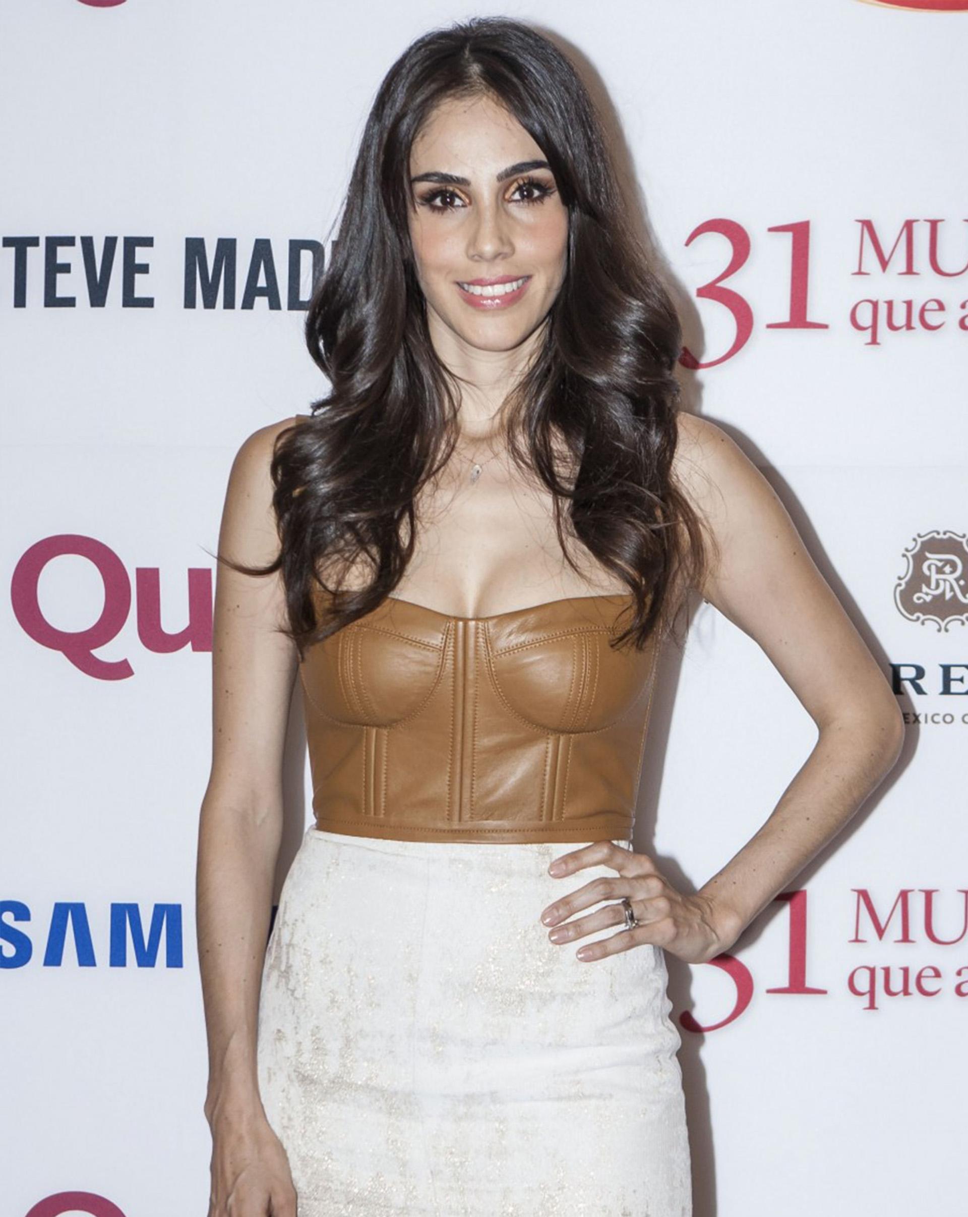 La actriz y cantante Sandra Echeverría en su llegada a la alfombra roja de 31 mujeres que amamos de la revista Quién.