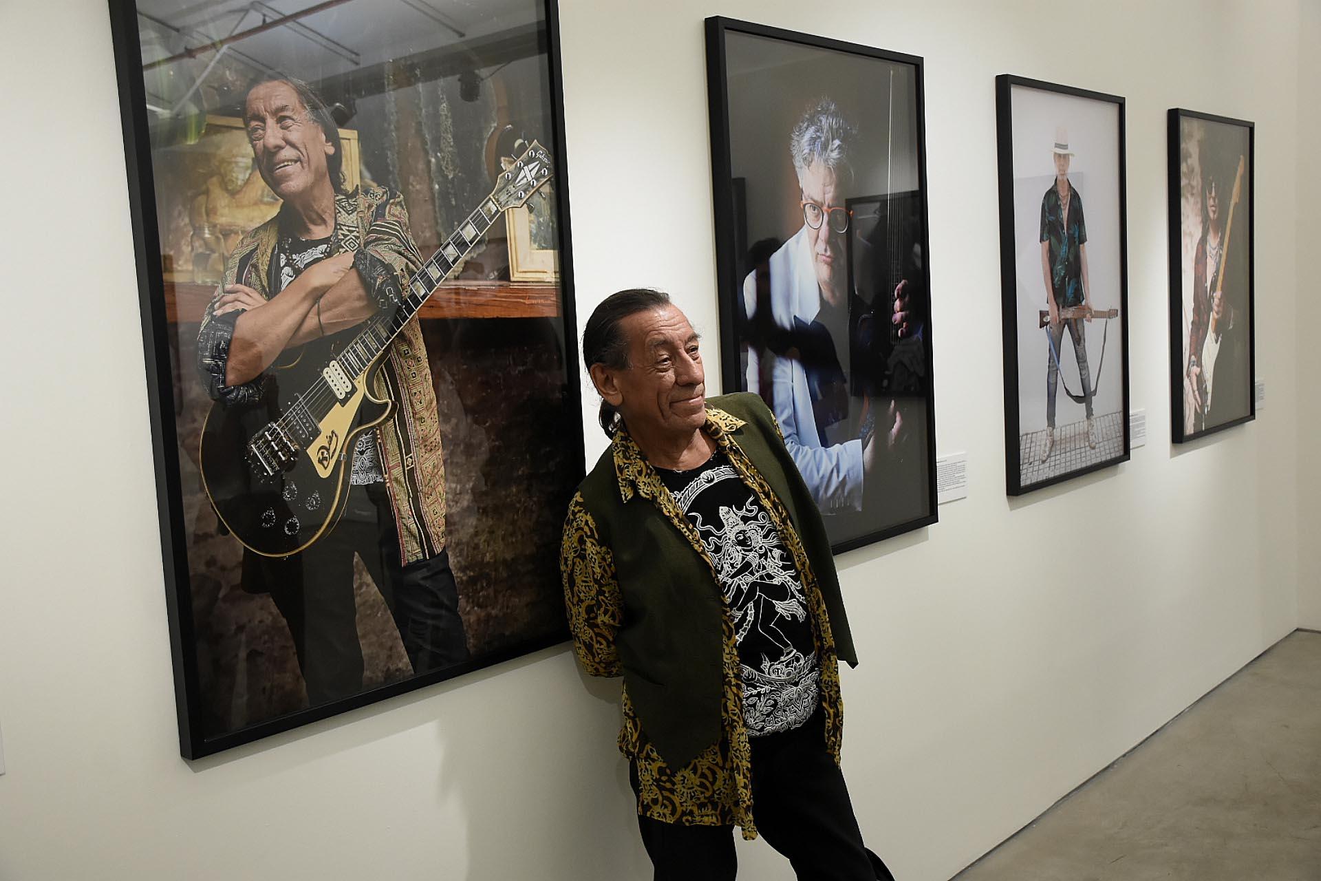 """Kubero Díaz, ex Los """"Abuelos de la Nada"""" y """"Billy Bond & La Pesada"""", posa junto a su imagen"""