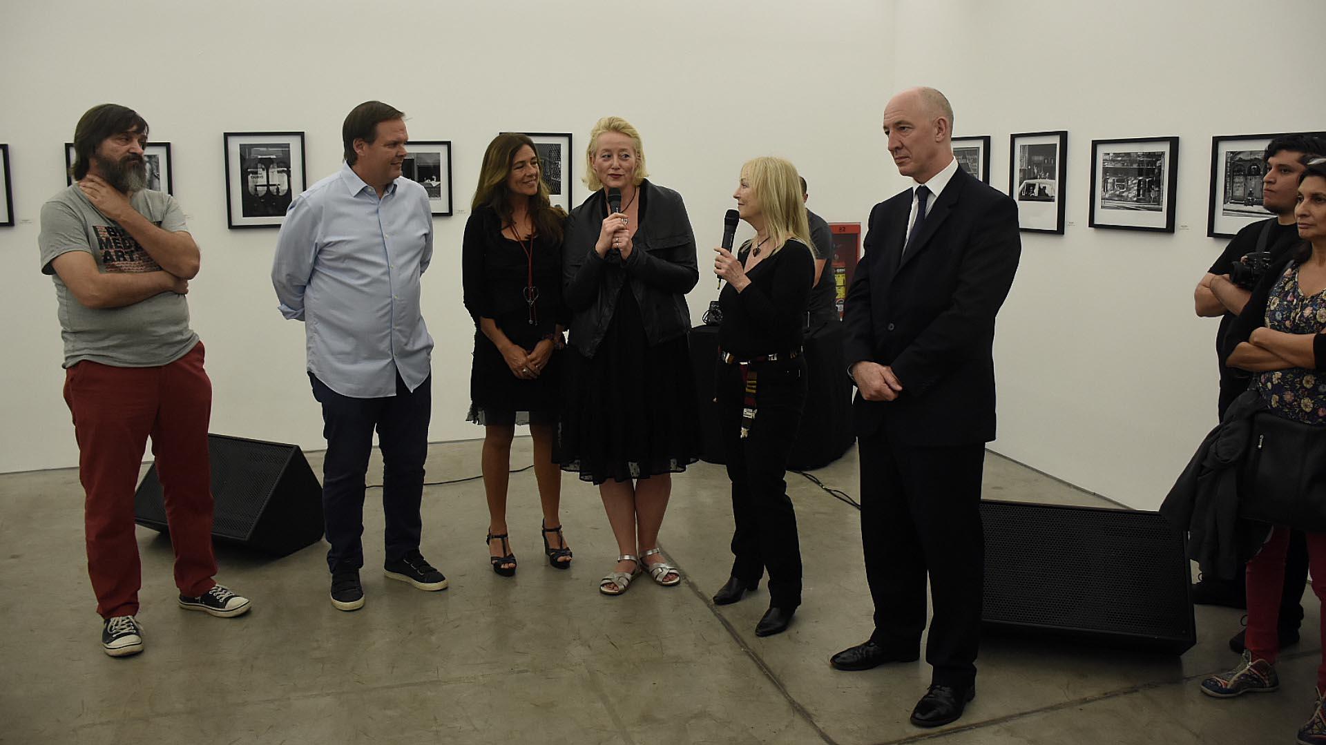 El fotógrafo Ataulfo Pérez Aznar; Gastón Deleau, director de FOLA; Scarlet Page; Aleksandra Telezynska, productora de la muestra, y el embajador Mark Kent