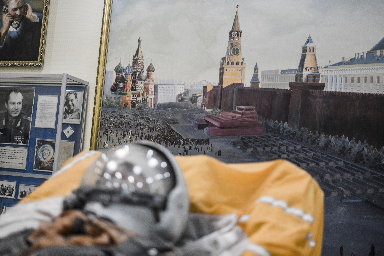 Un maniquí usado para probar cohetes y una pintura de la Plaza Roja de Moscú en el museo. (Maxim Babenko/The New York Times)