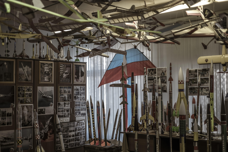 Modelos de cohetes, aeronaves, cometas y otros objetos voladores en el colegio International Space School del cosmódromo. (Maxim Babenko/The New York Times)