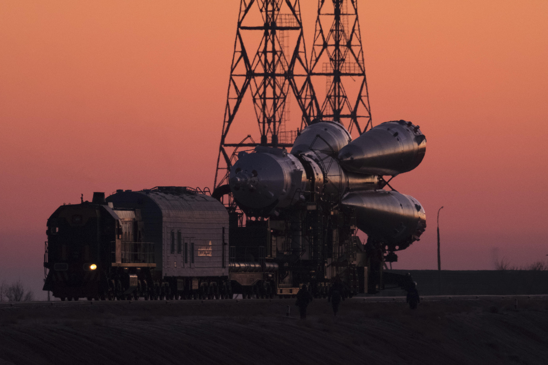 El cohete en camino a la plataforma de lanzamiento. (Maxim Babenko/The New York Times)