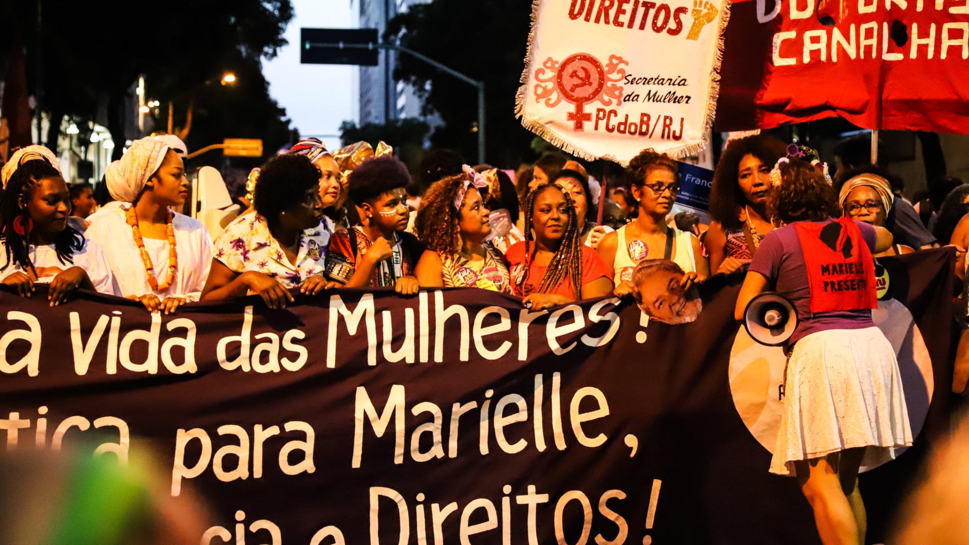 Activistas y organizaciones por los derechos de las mujeres marcharon la semana pasada en la ciudad de Río de Janeiro pidiendo justicia para Marielle Franco, una política negra, gay y feminista cuyo asesinato se ha transformado en un grito de guerra en la mitad de una nación de manera profunda polarizada. (Credit María Magdalena Arrellaga para The New York Times)