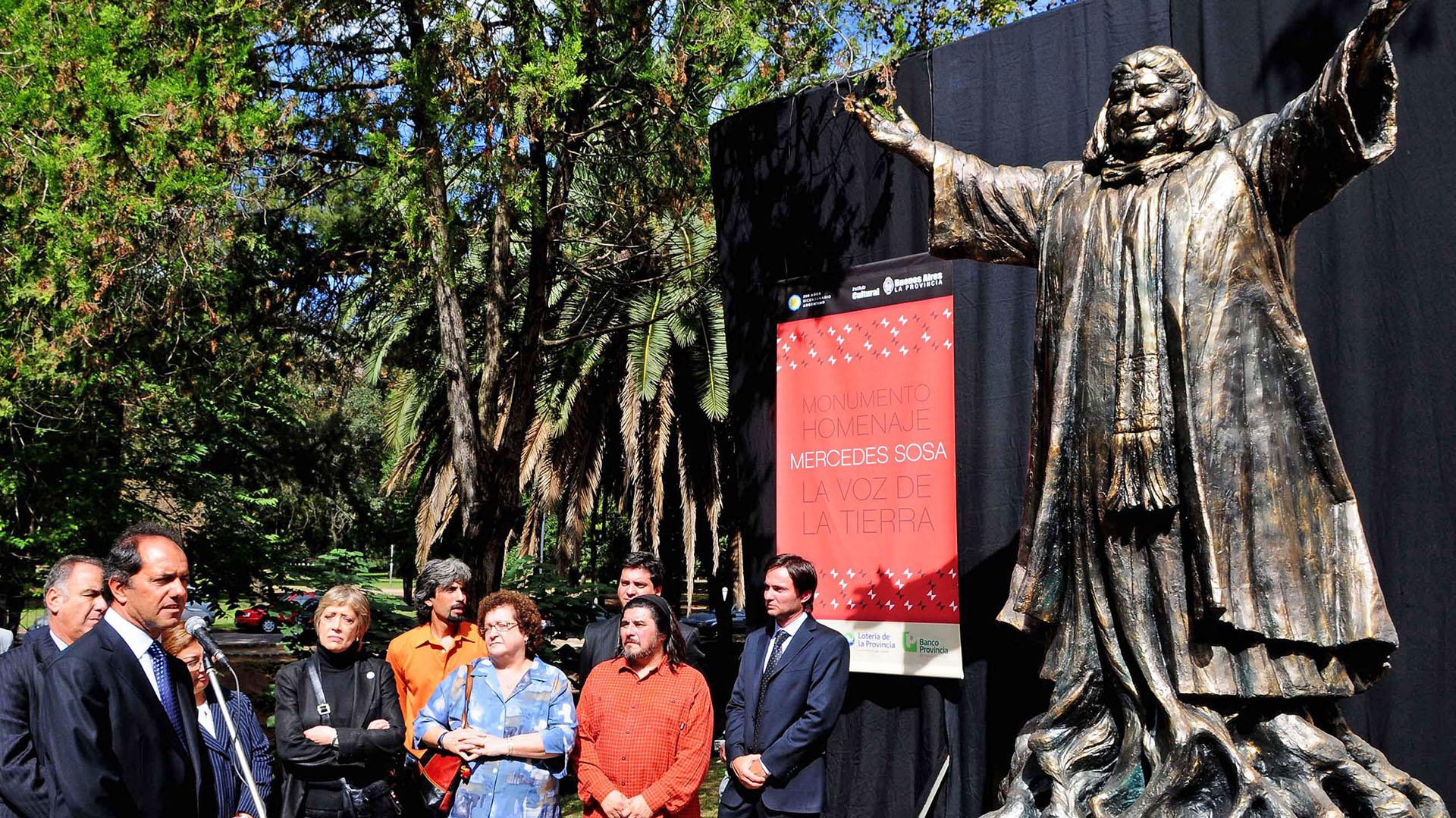 En 2010, Daniel Scioli inauguró una escultura en homenaje a la cantante, ubicada en el Anfiteatro Martín Fierro del Lago del Bosque, en La Plata (NA)
