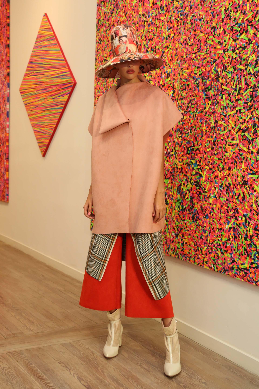 Prendas en rosa, verde, cobrizo y rojo, realizadas con neoprene, engomados, tartanes y estampados en seda. A eso se suma el uso del plisado para lograr un ensamble visual más rico e imponente