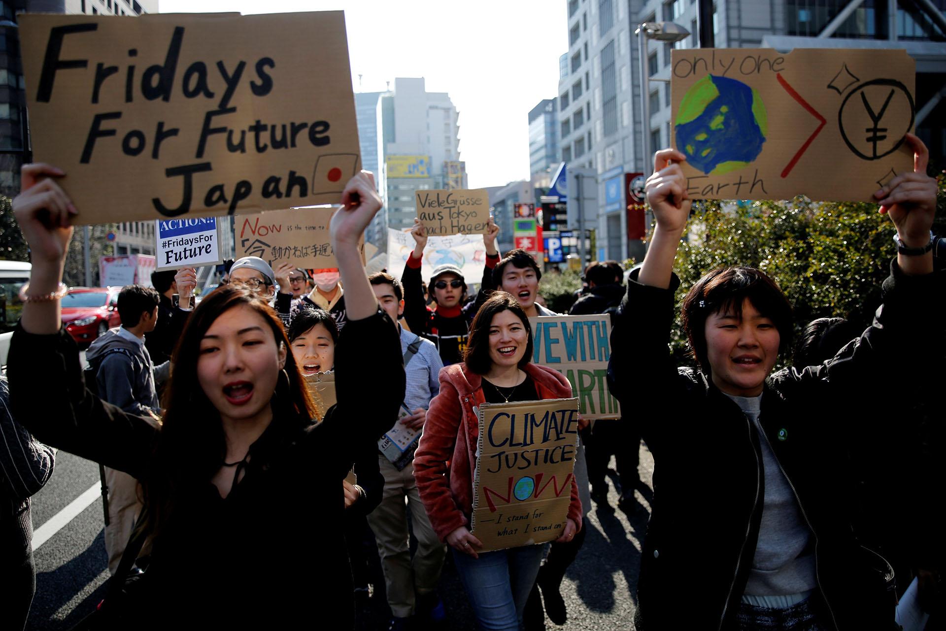 Jóvenes japonene marchan por las calles de Tokio en adhesión al #FridaysForFuture