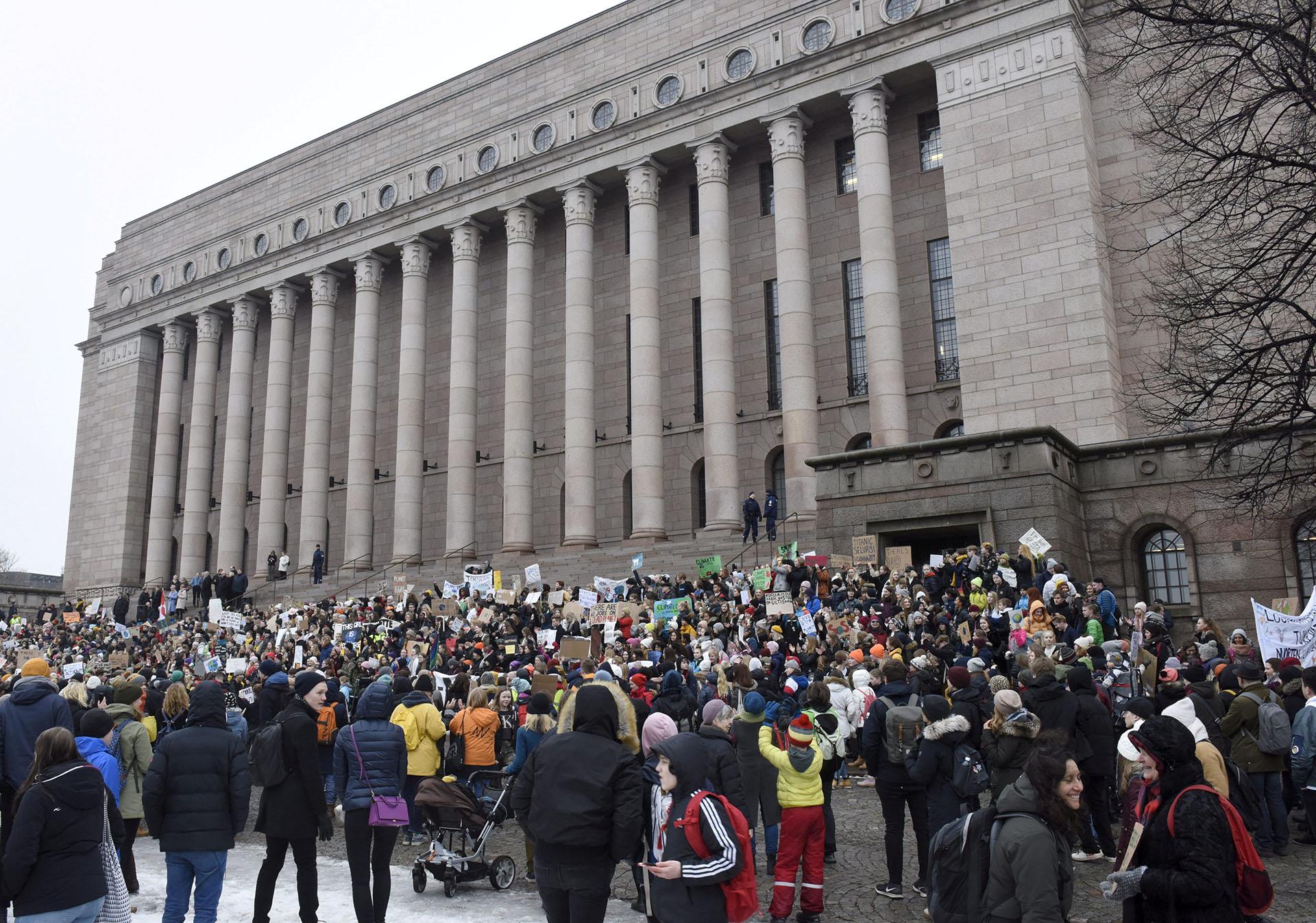 Frente al Parlamento de Finlandia, en Helsinki, jóvenes fineses reclamaron acciones concretas por parte del gobierno.