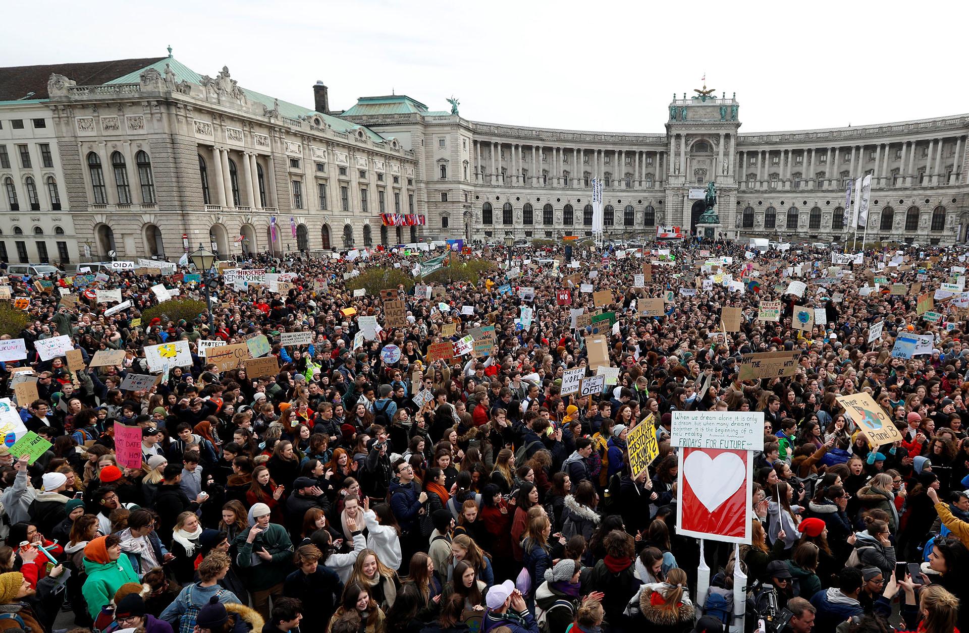 Miles de estudiantes llenaron la Plaza de los Héroes (Heldenplatz) en el centro de Viena, en Austria