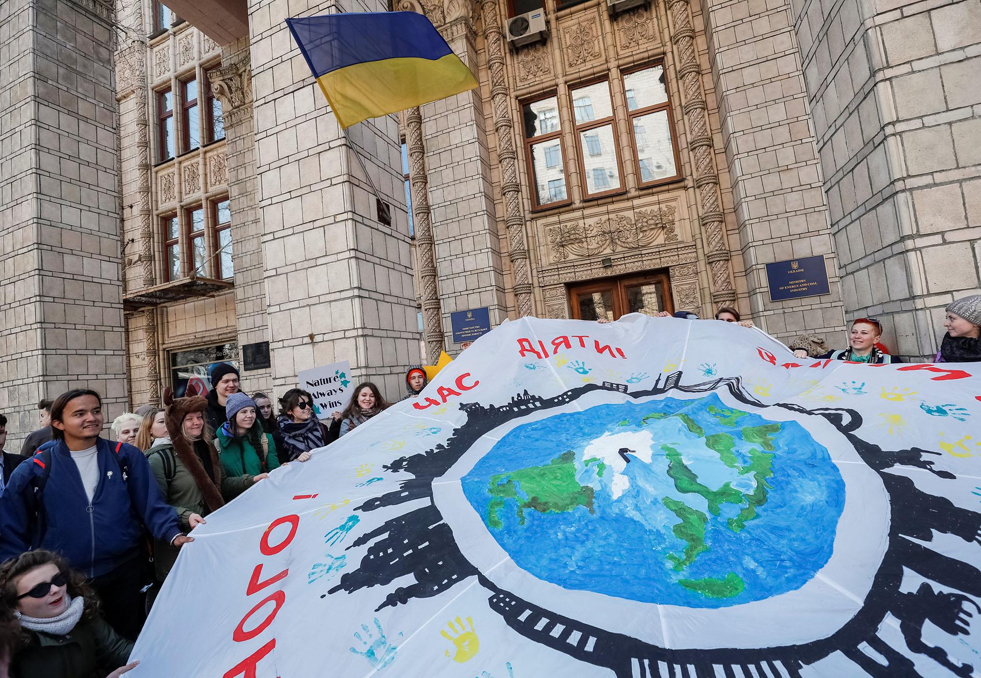 En Kiev, la capital de Ucrania, los estudiantes se manifestaron frente al Ministerio de Energía y la Industria del Carbón