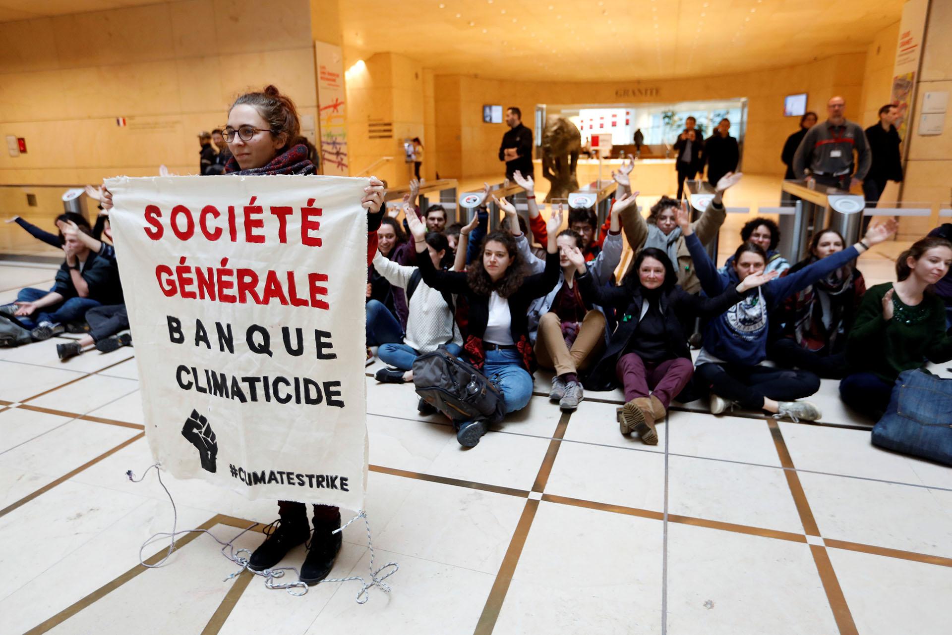 Jóvenes bloquearon la entrada de la sede central del bancoSociete Generale, en el distrito de La Defense at Puteaux, cerca de París