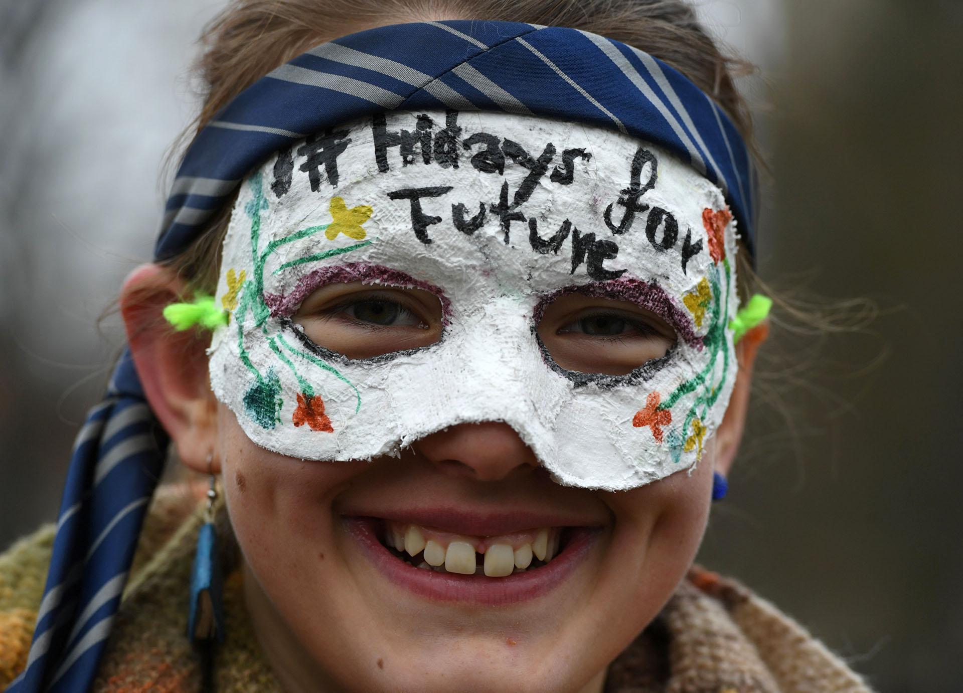 Una niña con una máscara de #FridaysforFutureen las calles de Berlín