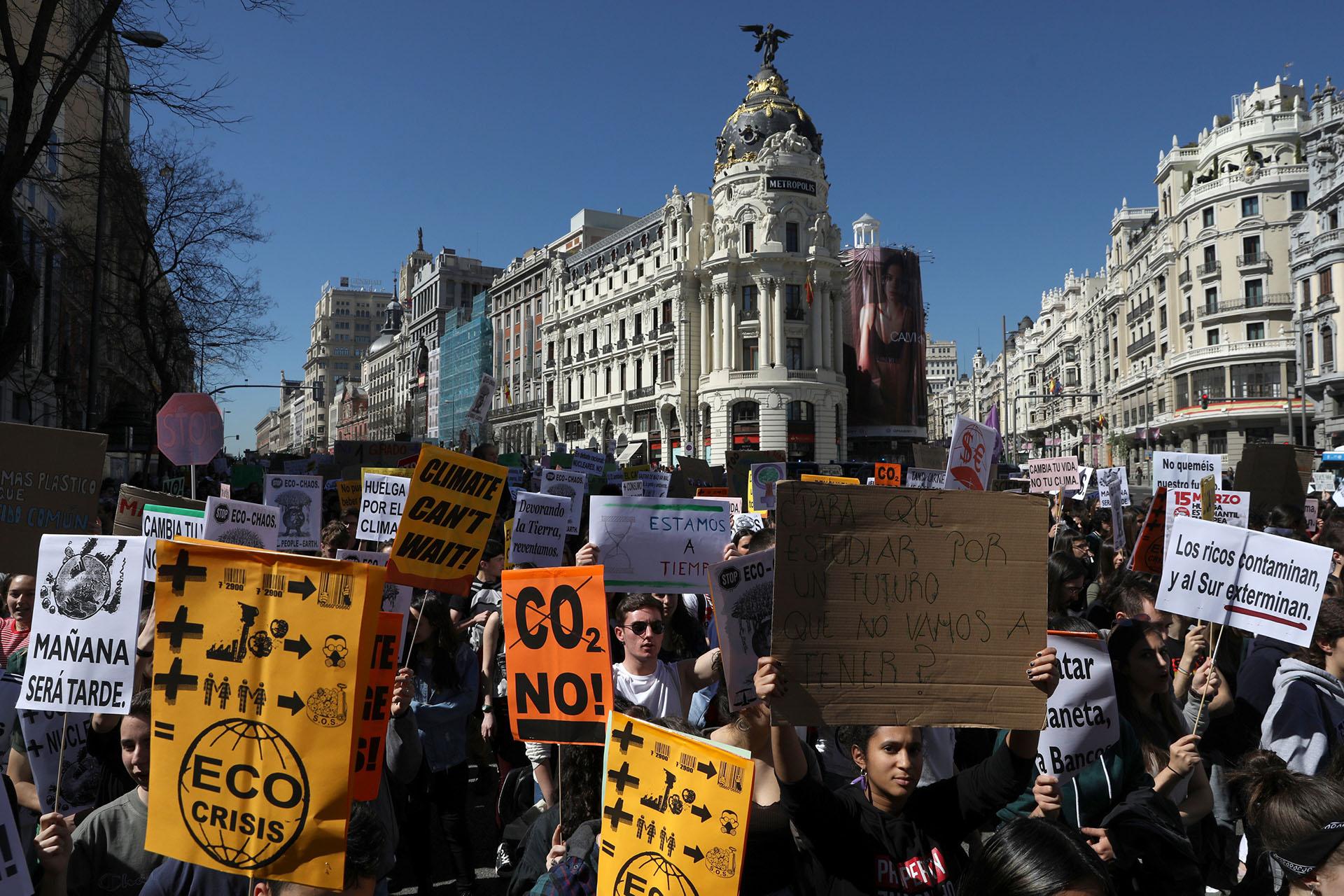 """""""¿Para qué estudiar por un futuro que no vamos a tener?"""", se pregunta un joven madrieleño en la principal manifestación en España"""
