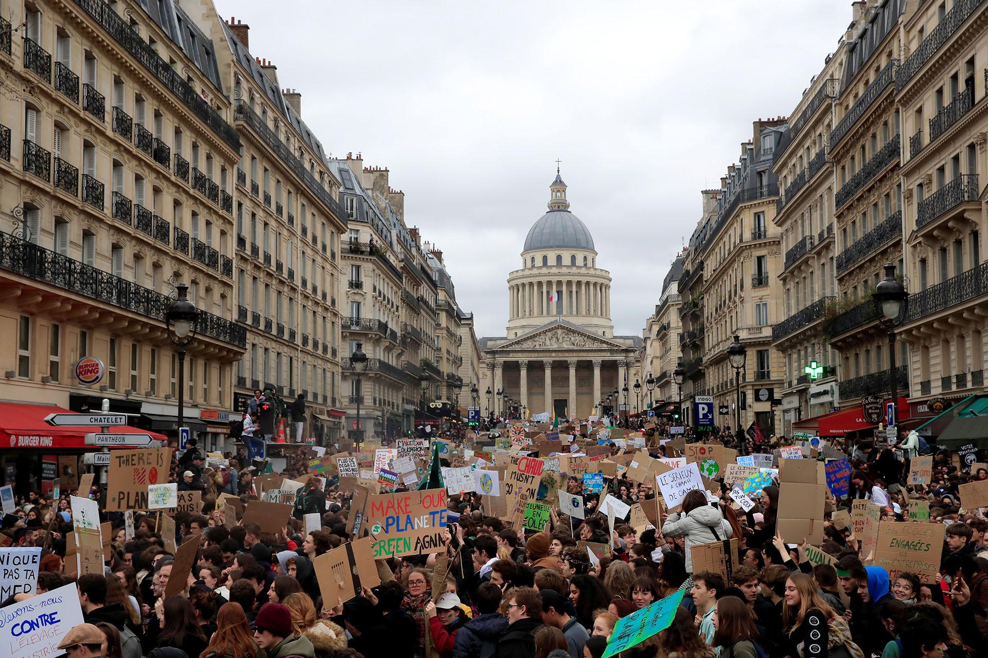 Estudiantes franceses salieron a las calles de para sumarse al #FridaysForFuture reclamando acciones contra el cambio climático