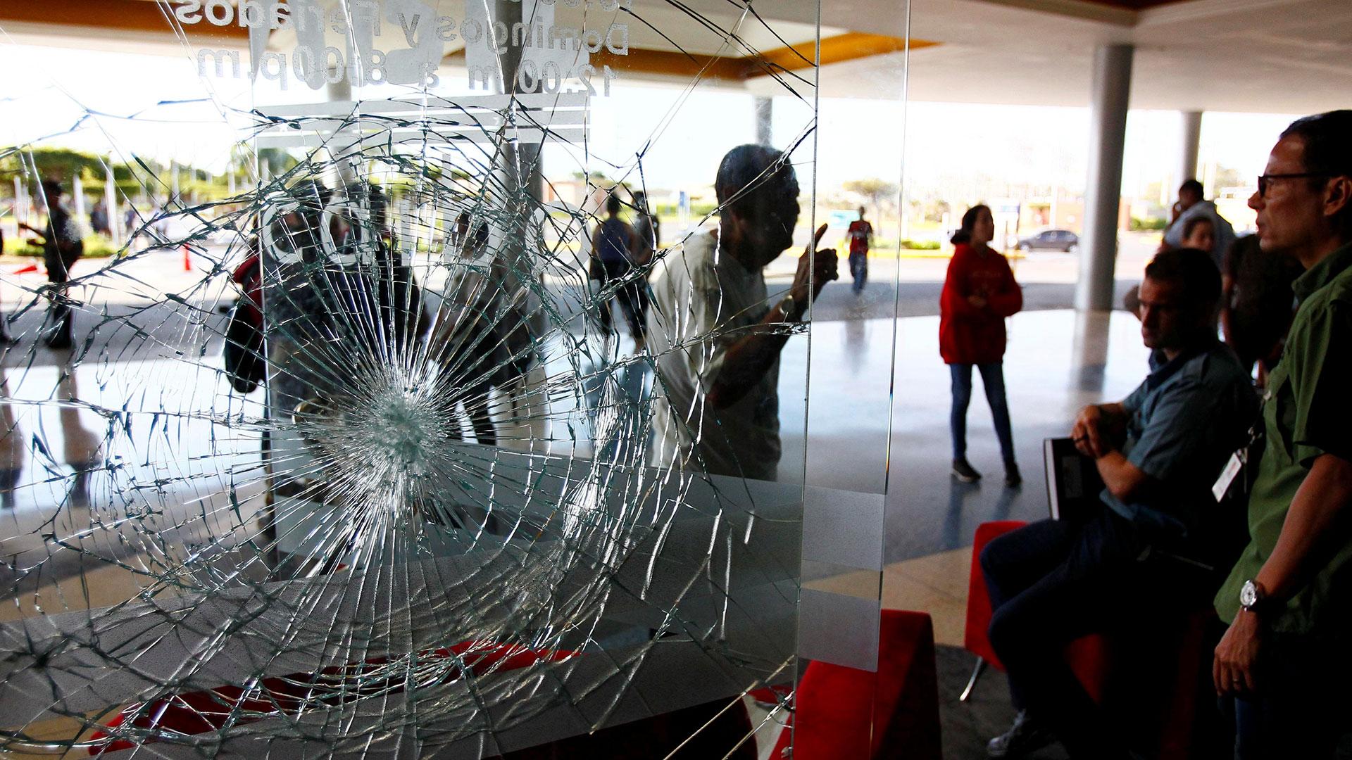 Así quedó la ventana de uno de los negocios saqueados en un centro comercial (Reuters)
