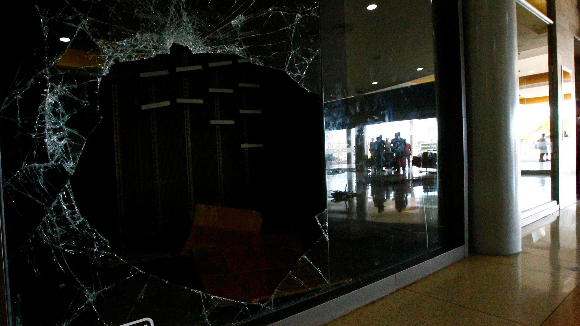 Otro de los comercios que sufrió el vandalismo en Maracaibo (Reuters)
