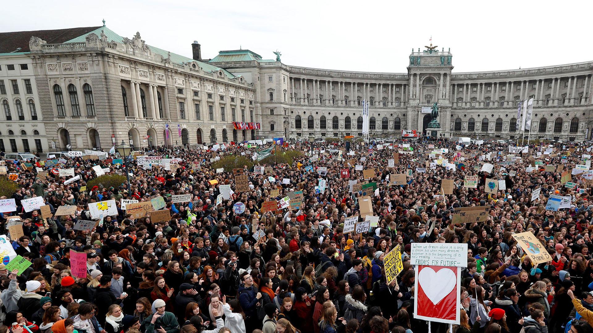 Jóvenes se manifiestan por el cambio climático durante la huelga escolar Viernes para el futuro, en Heldenplatz, Viena (REUTERS)
