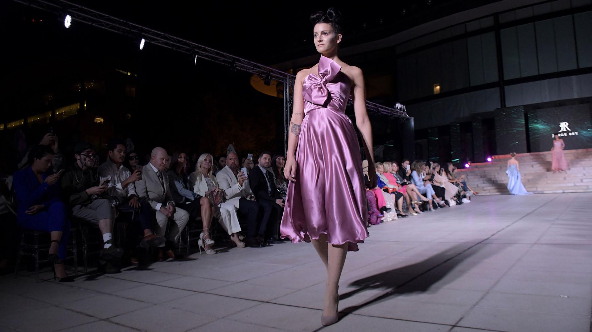 De seda, a la rodilla, strapless y con moño. Los cortes de las telas del diseñador son las vedette de cada pasada