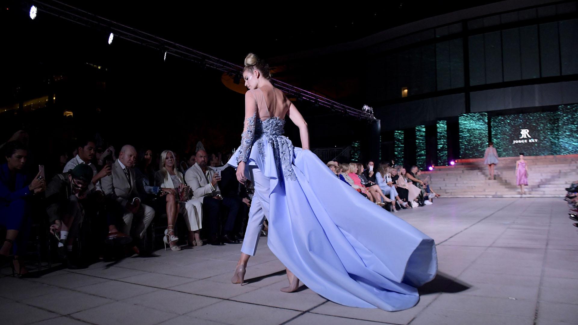 Una monoprenda con cola en color lavanda. Con mangas bordadas y transparencias.