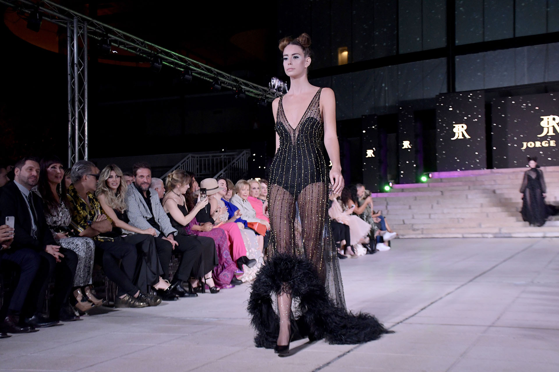 Transparencias, body y peluche en la cola del vestido. Un diseño atrevido ymuy sensual