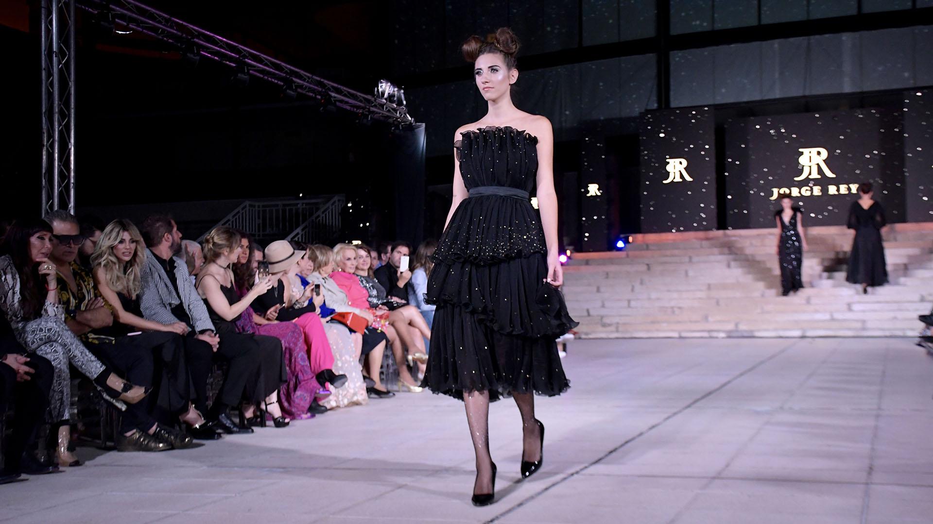 Strapless plisado. El diseñador santafesino presentó más de 7 diseños en color negro, una tonalidad que no es usual ver en sus colecciones que apostó y fue muy aplaudida por todos los asistentes al desfile