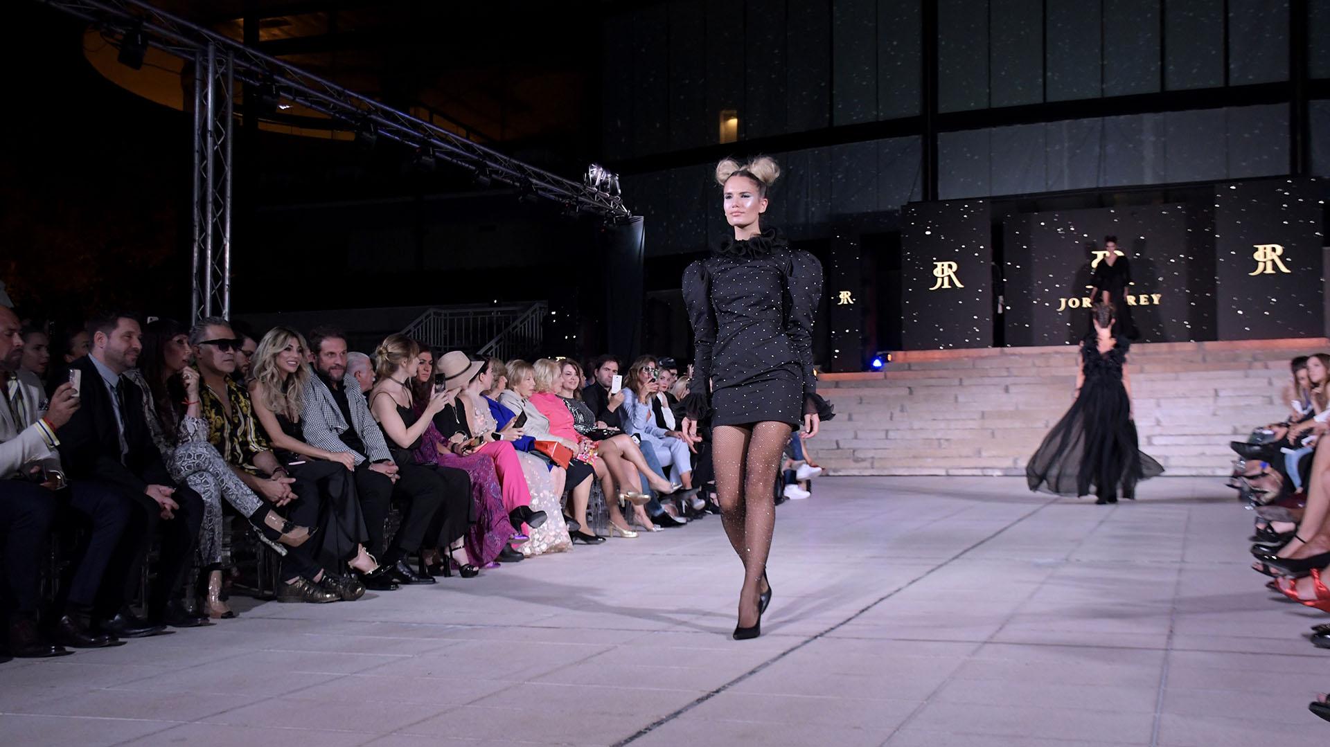 En pasarela, Eva Bargiela. Con un diseño armado, con hombros abullonados y cuello cisne, el diseño de rey tenía destellos de brillantes