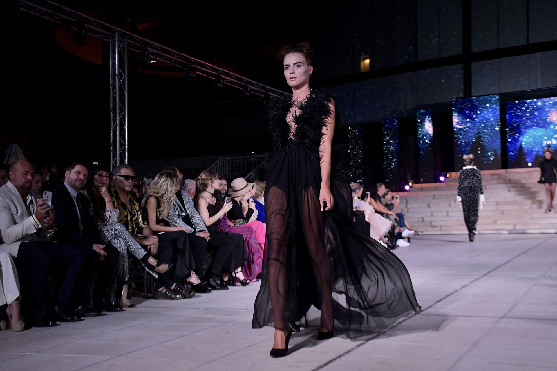 El negro, por primera vez fue el que predominó en la pasarela del diseñador de 20 años. Vestidos cortos y largos no faltaron en Argentina Fashion Week