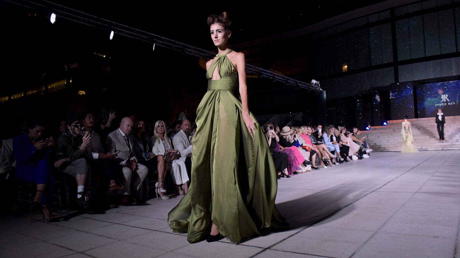 El verde oliva también fue protagonista. De seda con cuello halter y transparencias