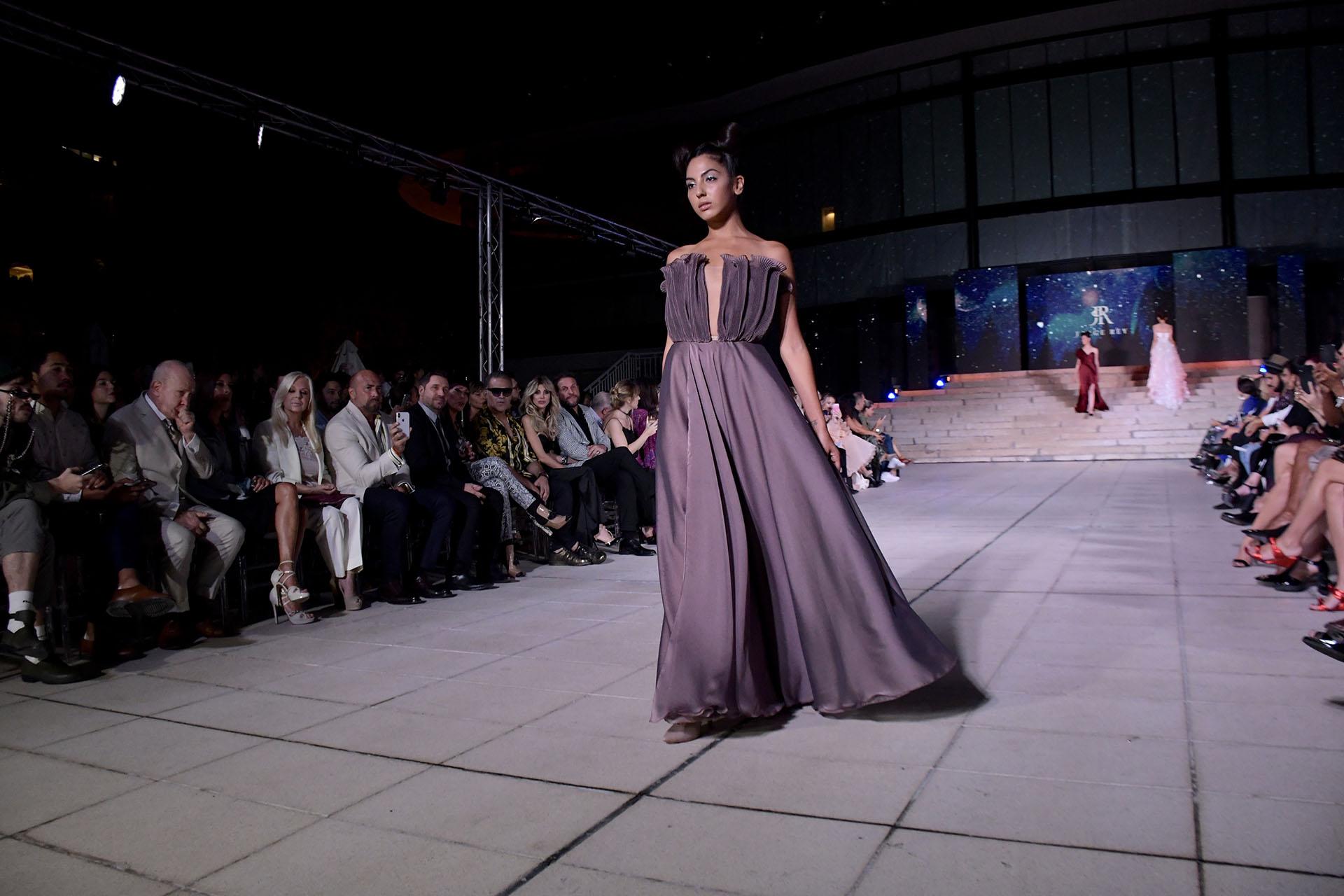 Gris plata. Con gran vuelo y parte superior del vestido drapeado, un diseño diferente en la colección