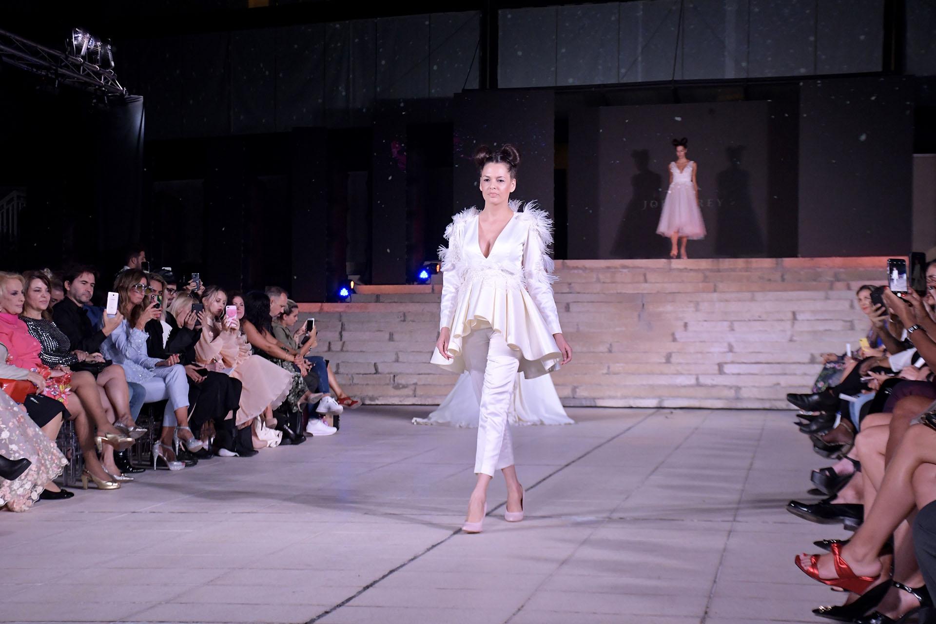 Conjuntos de dos piezas con plumas. Pantalón de seda natural y chaqueta con peplum