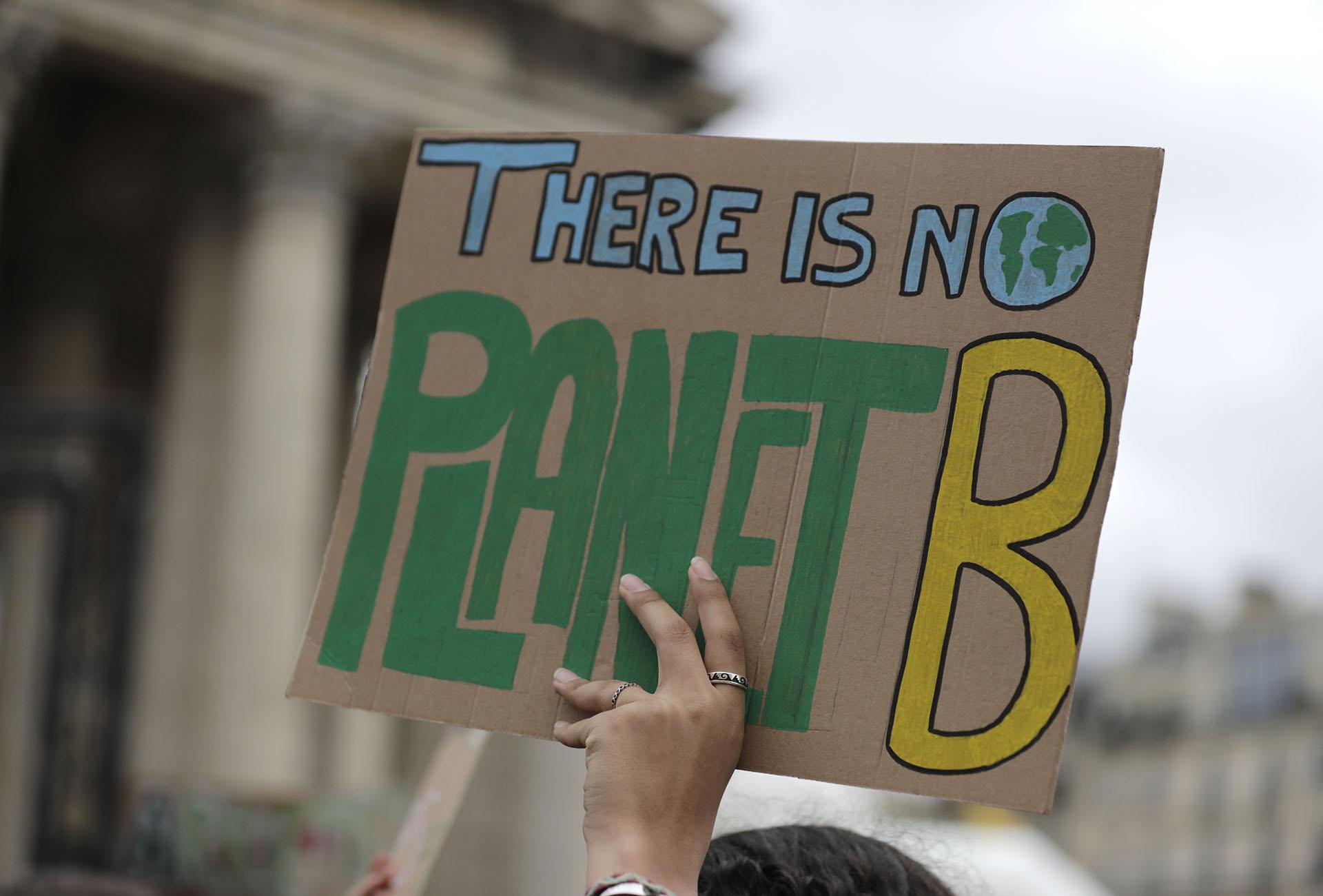 """""""No hay un Planeta B"""" dice un cartel fuera del Panteón en París. (Foto: Thomas SAMSON / AFP)"""