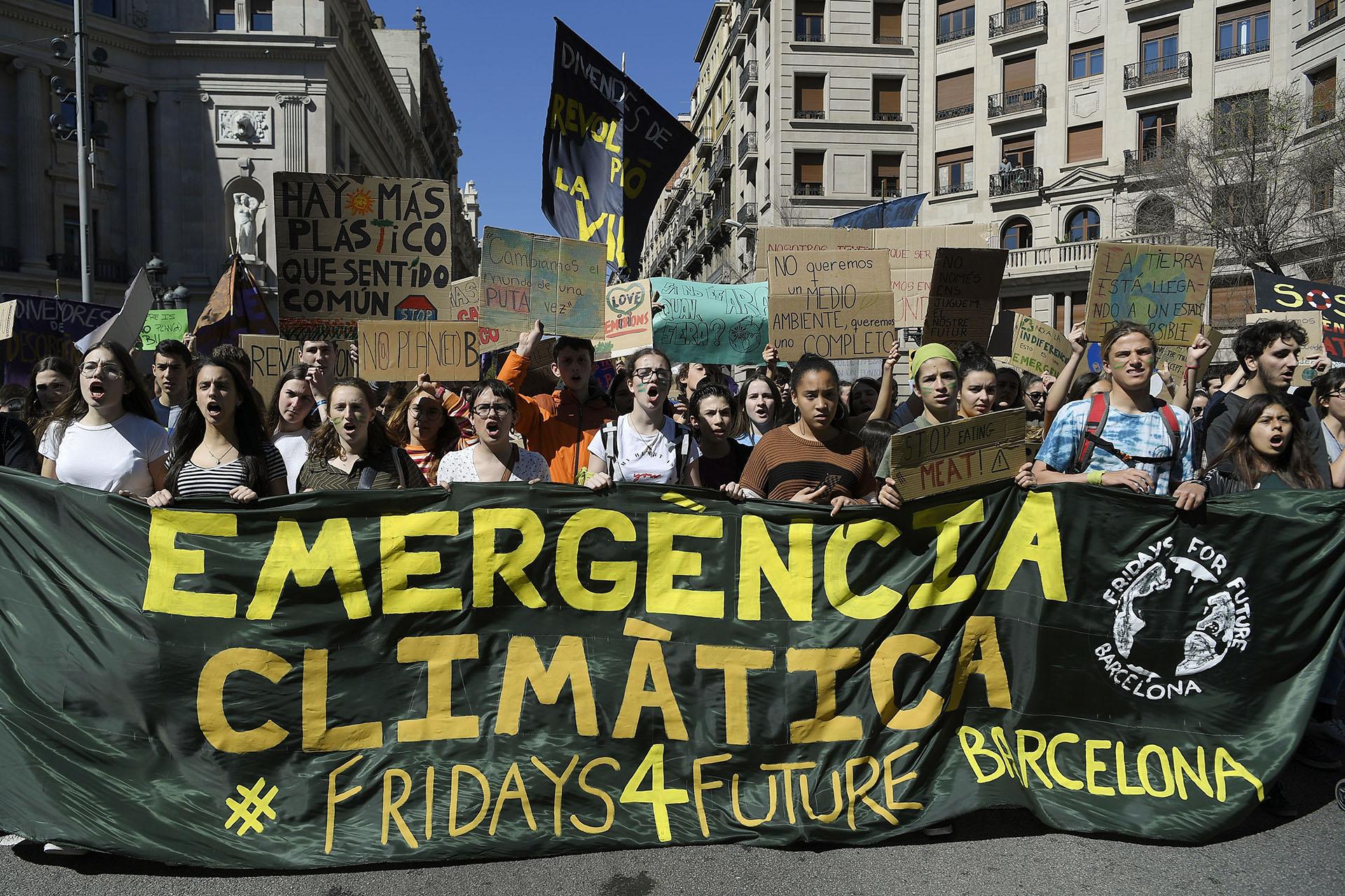 """Estudiantes ídem una """"Emergencia Climática"""" en Barcelona . (Foto: LLUIS GENE / AFP)"""