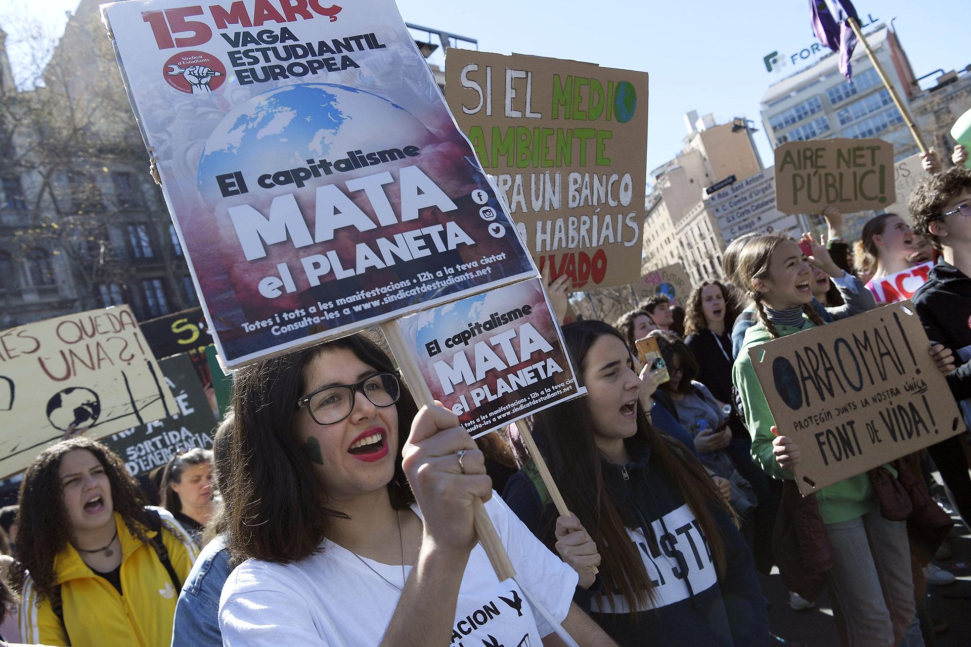 En Barcelona los estudiantes también se sumaron a las protestas mundiales impulsadas por la activista sueca Greta Thunberg (Foto: LLUIS GENE / AFP)