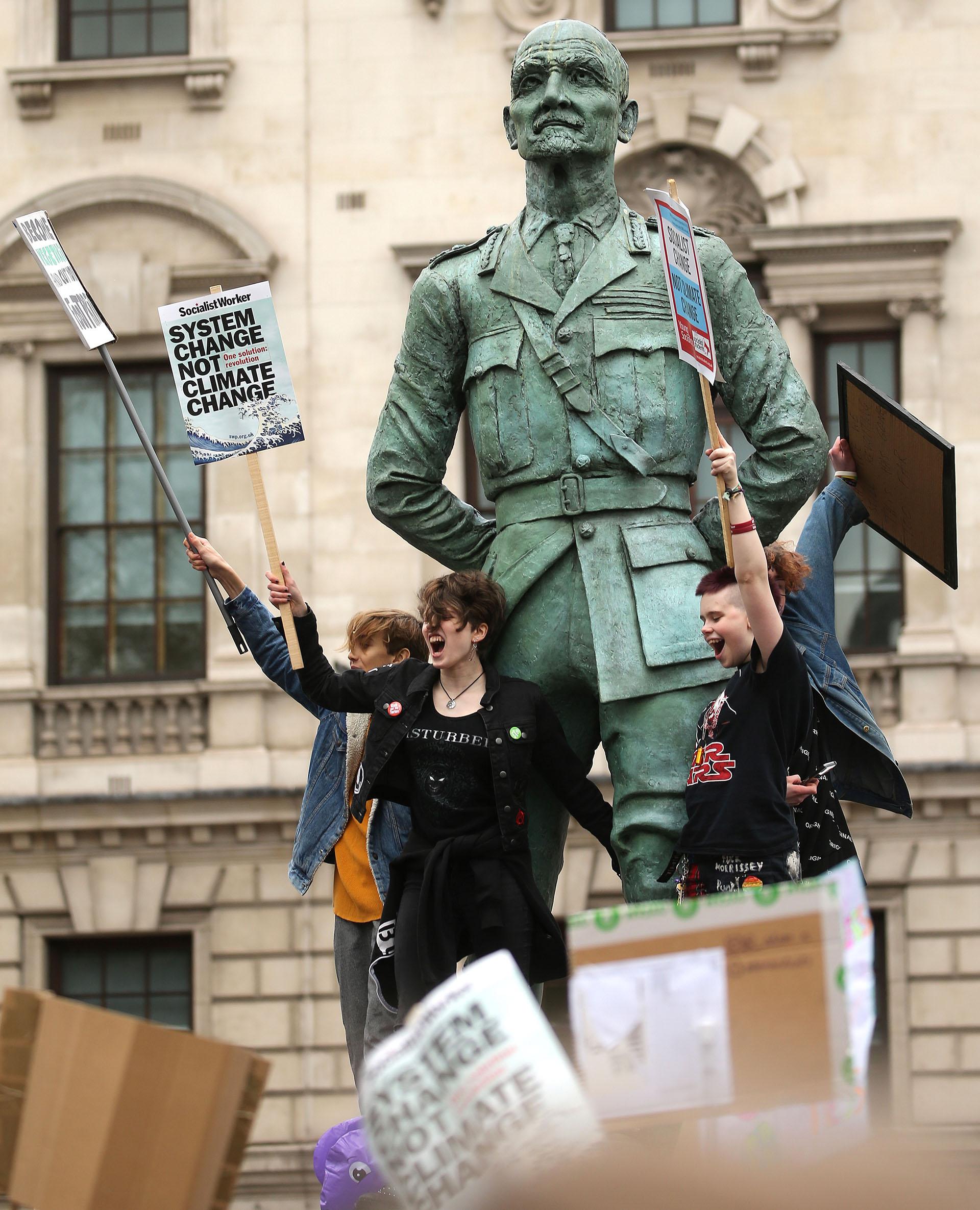 En Londresmiles de adolescentes tomaron las calles(Photo by ISABEL INFANTES / AFP)