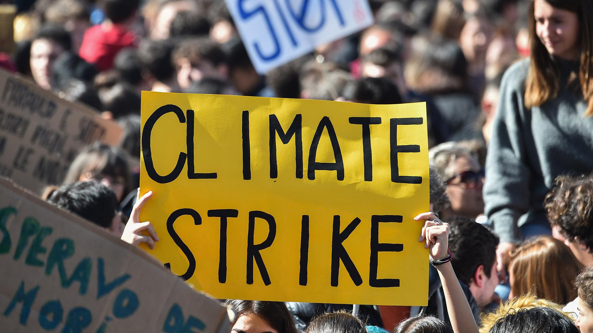 Los estudiantes sostienen pancartas durante una protesta contra el calentamiento global en el centro de Roma el 15 de marzo de 2019. (Foto de Andreas SOLARO / AFP)