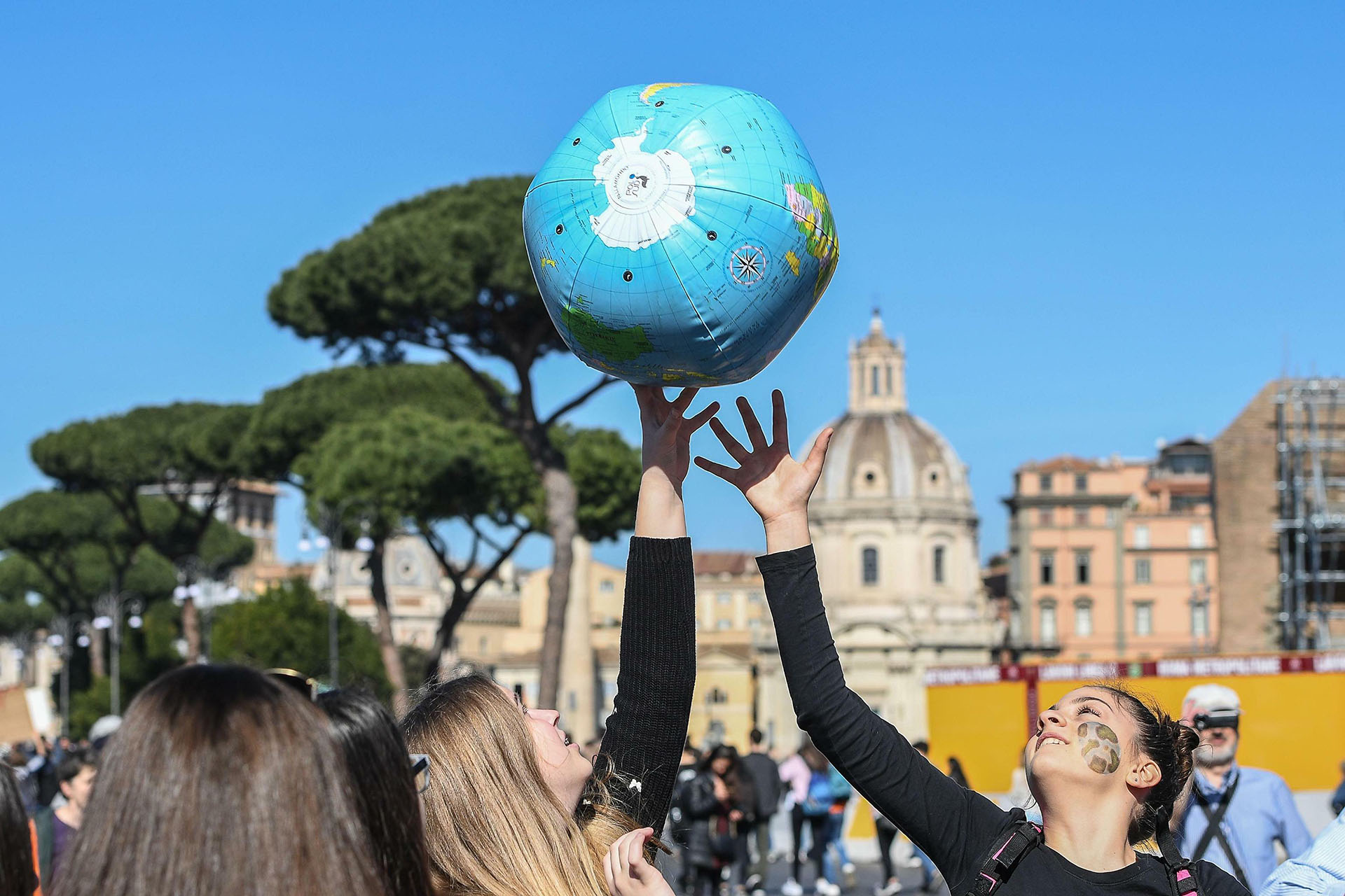 Estudiantes de todo el mundo se manifestaron este viernes para exigir a los gobiernos que tomen medidas contra el calentamiento global(Foto: Alessandro Di Meo/ANSA via AP)